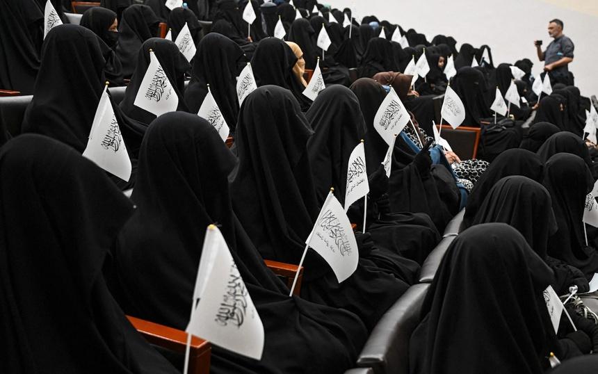 Hình ảnh gây chú ý về phụ nữ Afghanistan phải bịt kín mắt đi học - Ảnh 3.