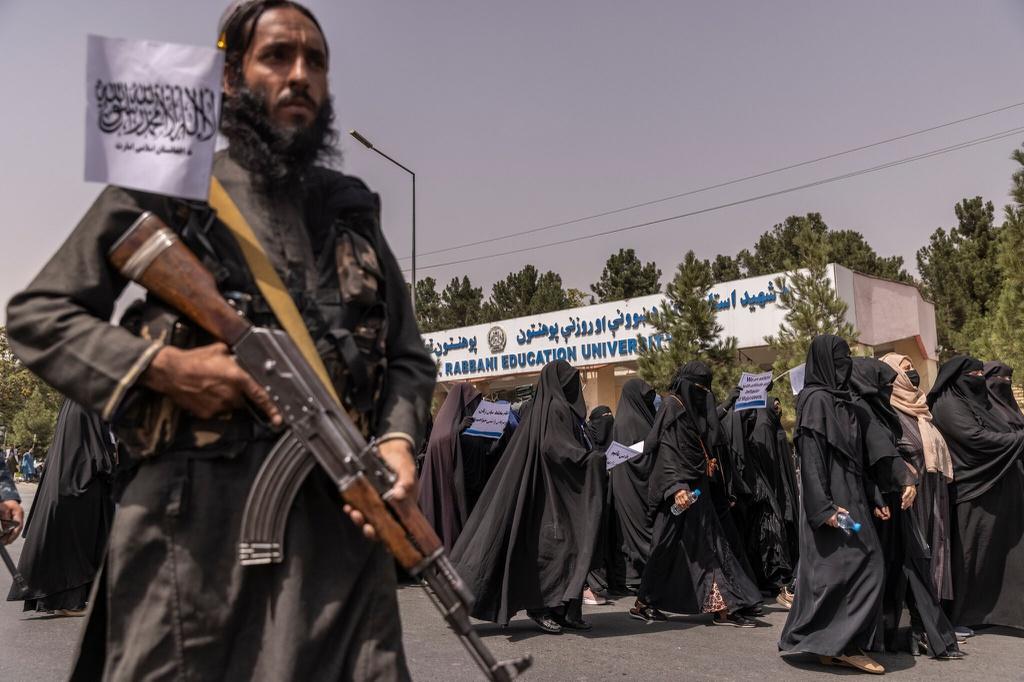 Hình ảnh gây chú ý về phụ nữ Afghanistan phải bịt kín mắt đi học - Ảnh 4.