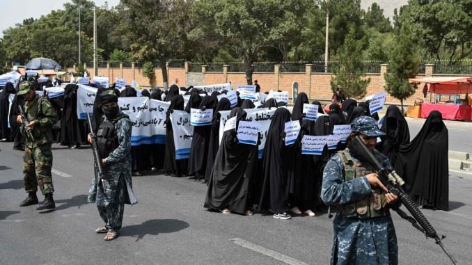 Hình ảnh gây chú ý về phụ nữ Afghanistan phải bịt kín mắt đi học - Ảnh 5.