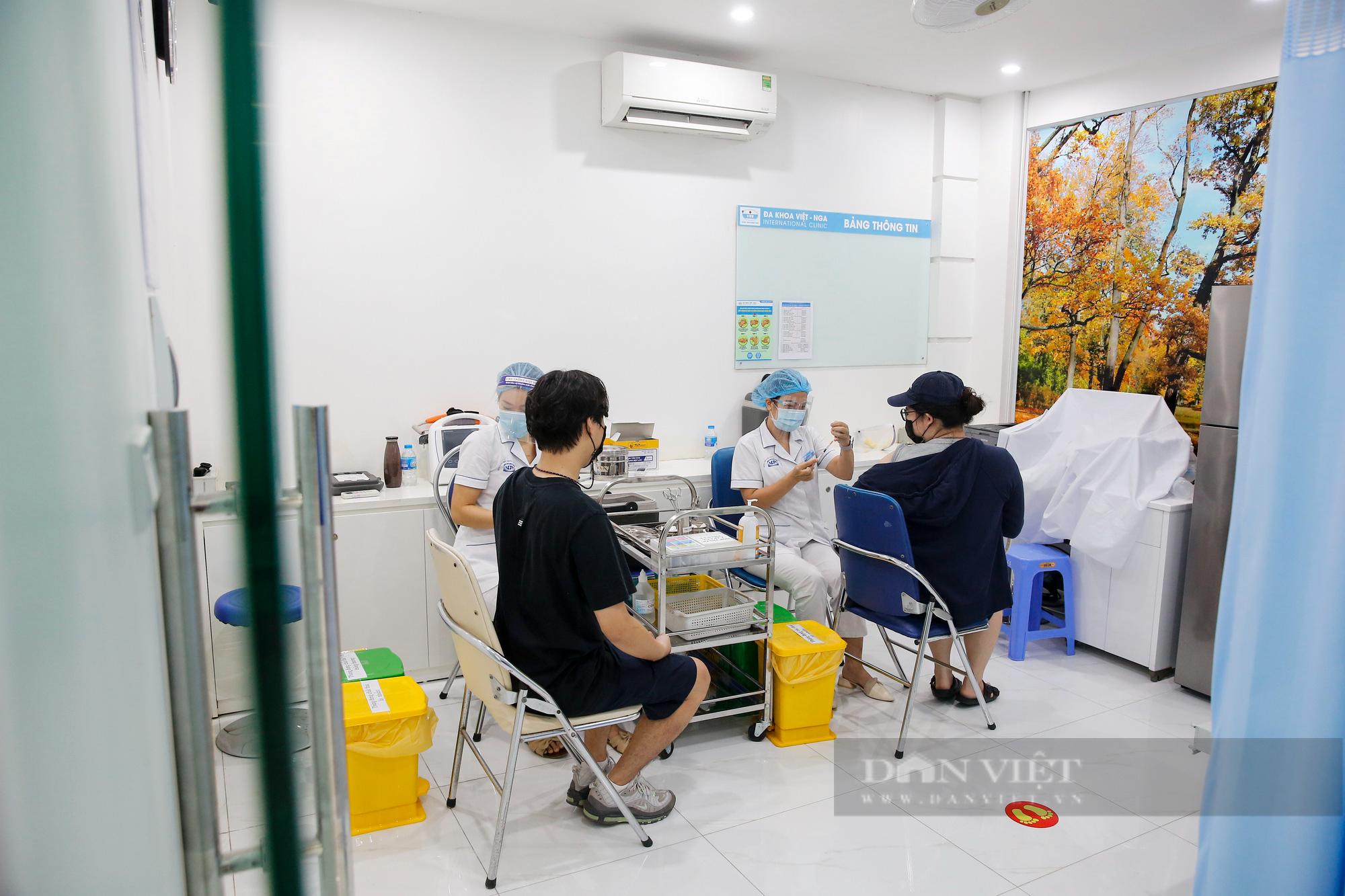 Tiêm vaccine Covid-19 cho hàng trăm người nước ngoài mỗi ngày tại Hà Nội - Ảnh 1.