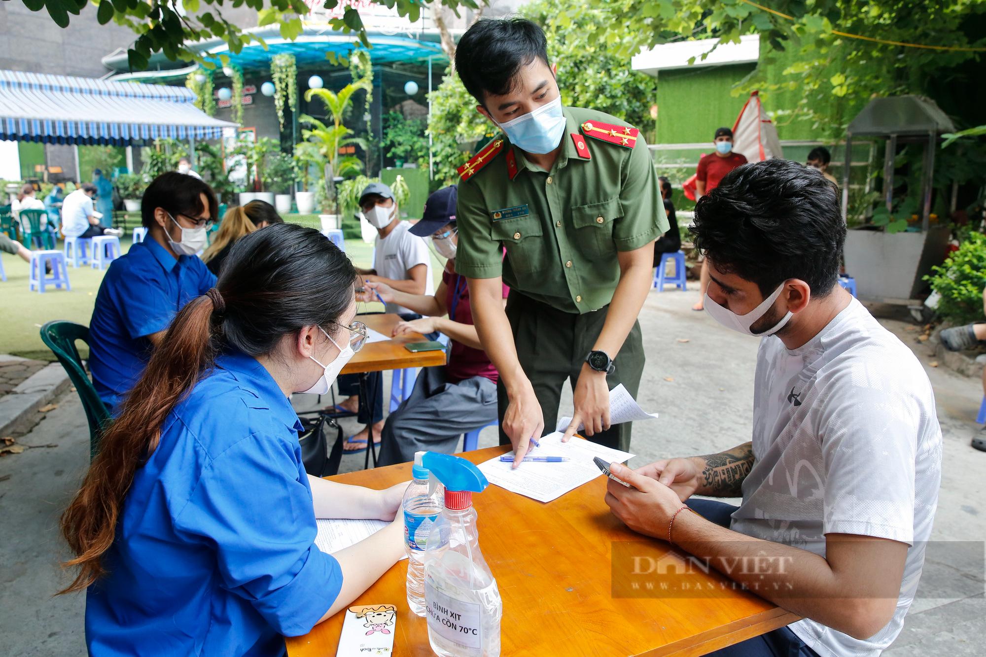 Tiêm vaccine Covid-19 cho hàng trăm người nước ngoài mỗi ngày tại Hà Nội - Ảnh 2.