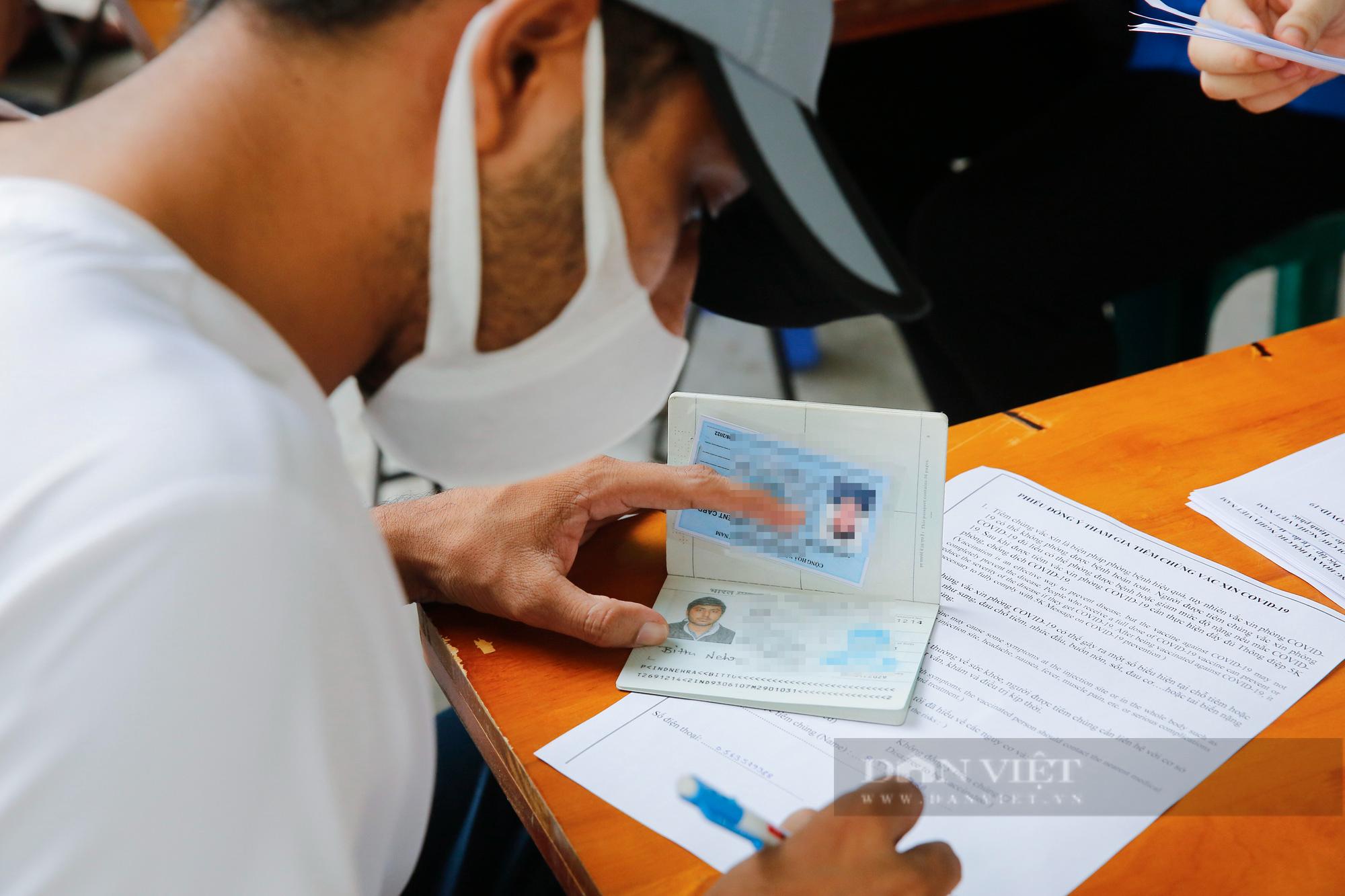 Tiêm vaccine Covid-19 cho hàng trăm người nước ngoài mỗi ngày tại Hà Nội - Ảnh 3.