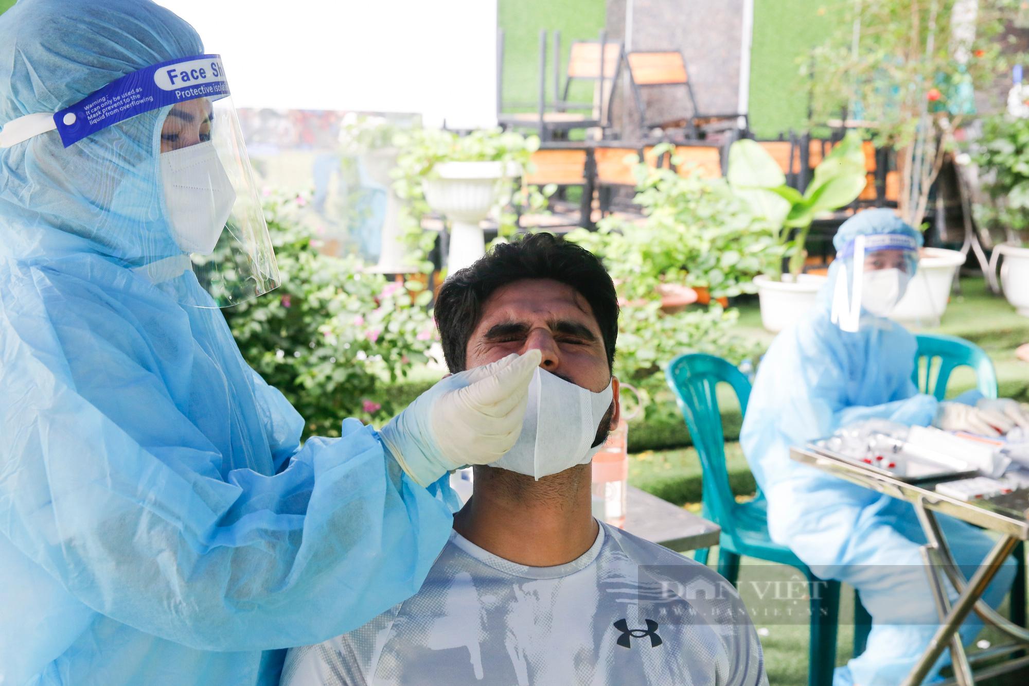 Tiêm vaccine Covid-19 cho hàng trăm người nước ngoài mỗi ngày tại Hà Nội - Ảnh 5.