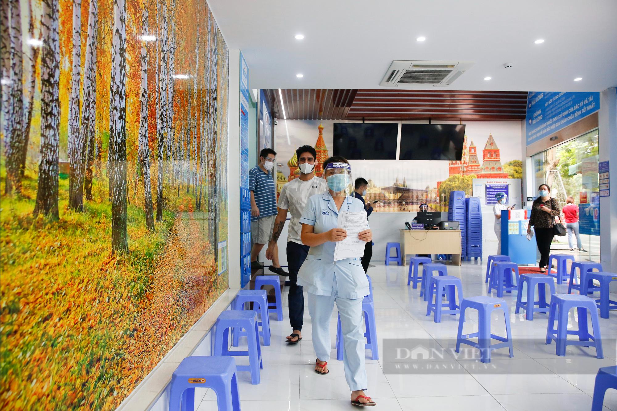 Tiêm vaccine Covid-19 cho hàng trăm người nước ngoài mỗi ngày tại Hà Nội - Ảnh 7.