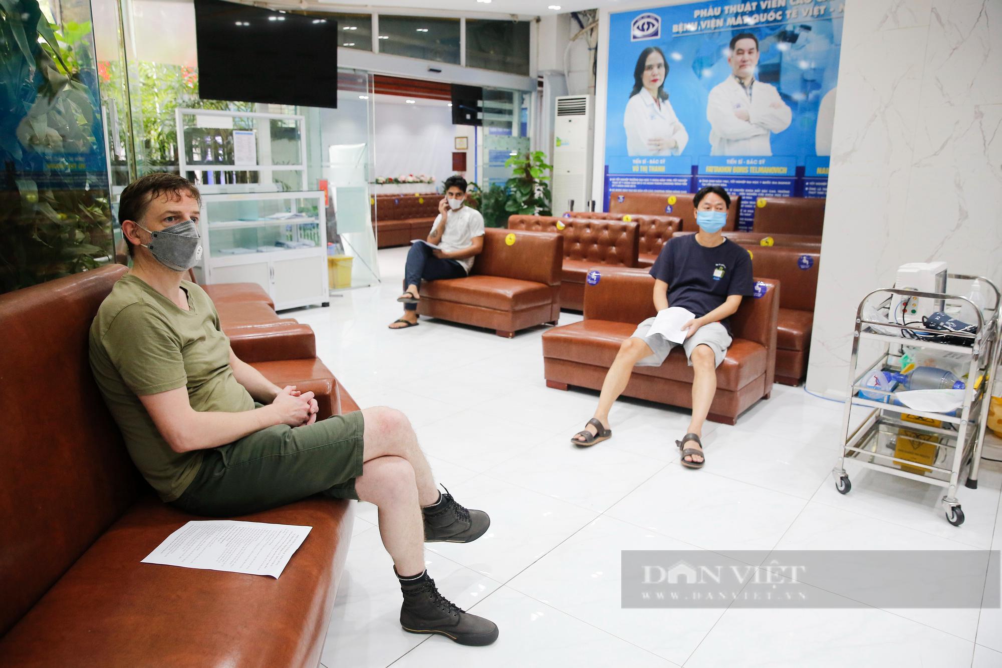 Tiêm vaccine Covid-19 cho hàng trăm người nước ngoài mỗi ngày tại Hà Nội - Ảnh 12.