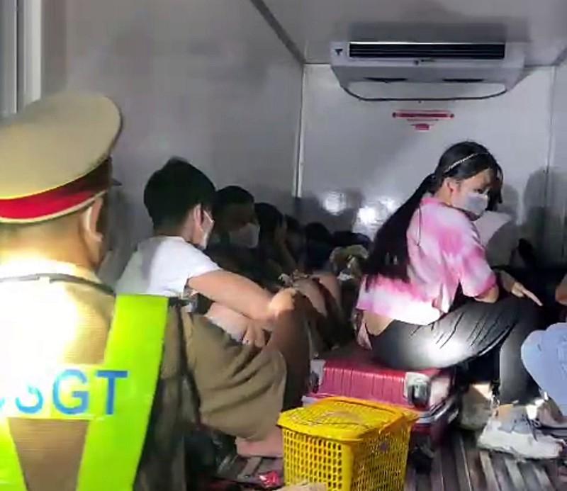 Sốc: 15 người có cả trẻ em trong thùng xe đông lạnh 'thông chốt' - Ảnh 2.