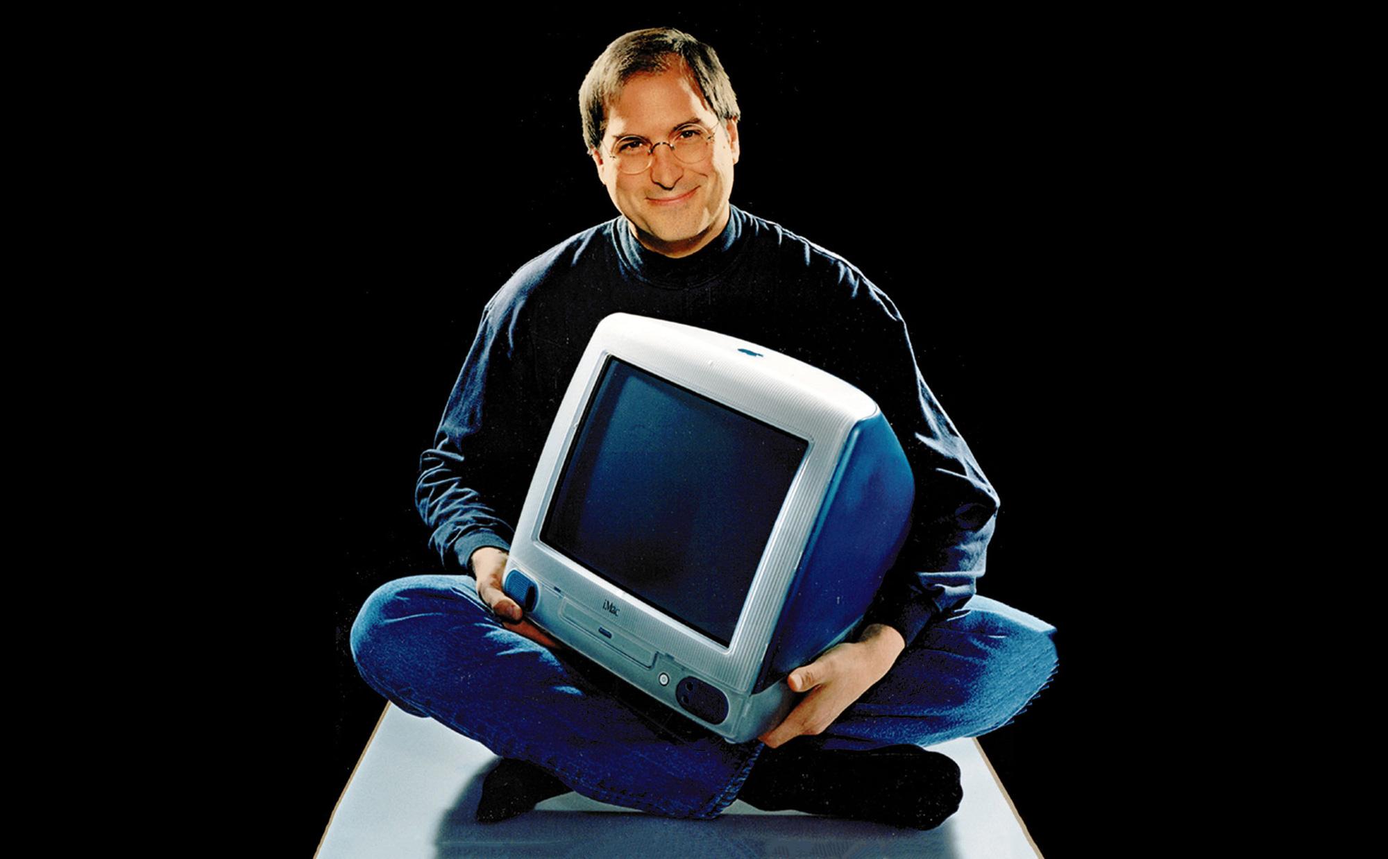 Steve Jobs và chiếc iMac ra mắt năm 1998. Ảnh: @AFP.