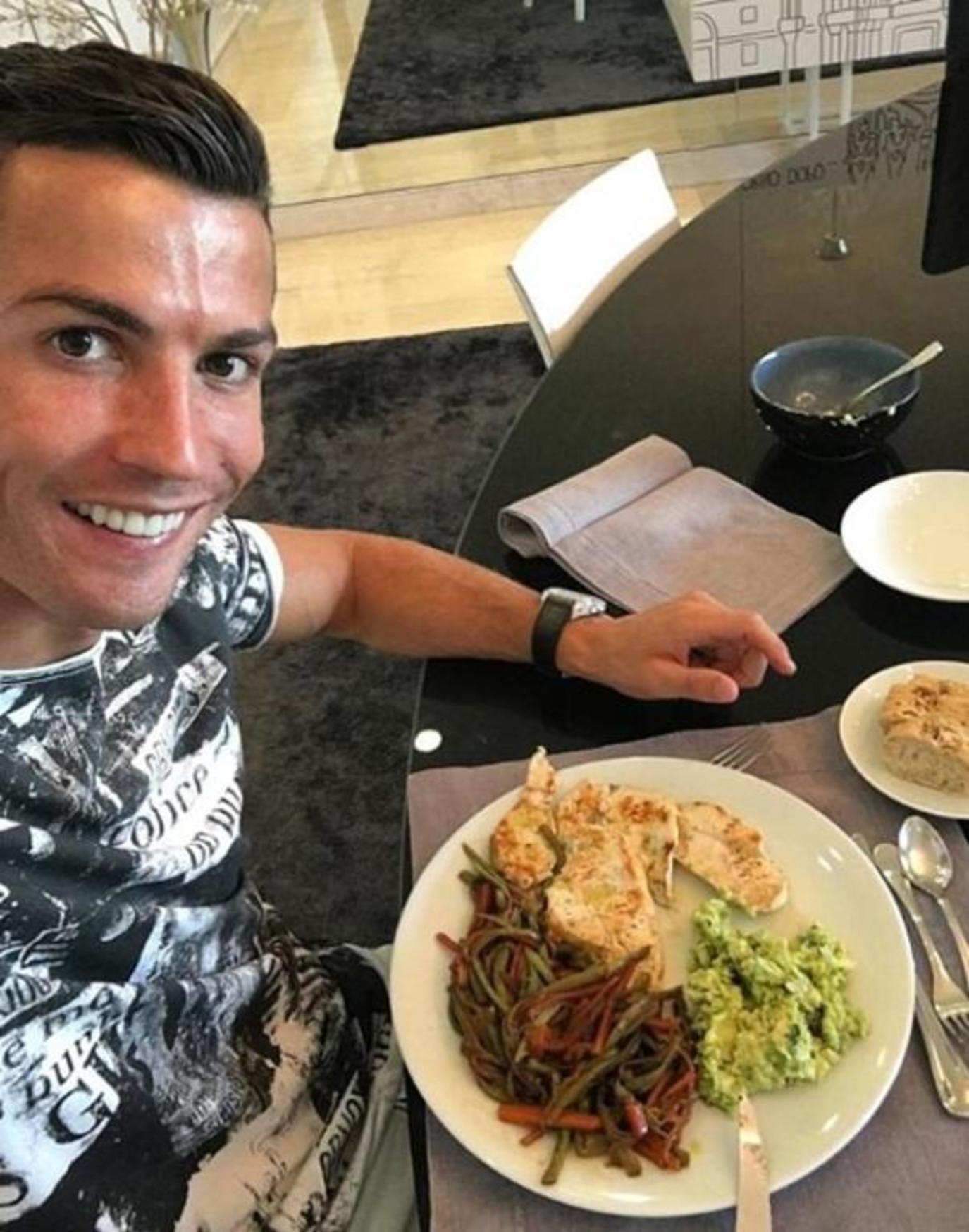 Nhìn thực đơn của Ronaldo, các đồng đội nghẹn cả họng, không dám ăn gì nữa - Ảnh 2.