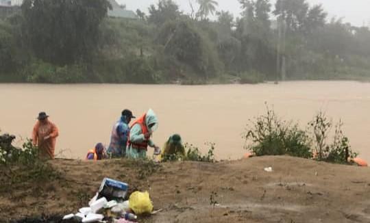 Lâm Đồng: Trắng đêm tìm kiếm nạn nhân bị nước cuốn mất tích trên sông Krông Nô - Ảnh 2.