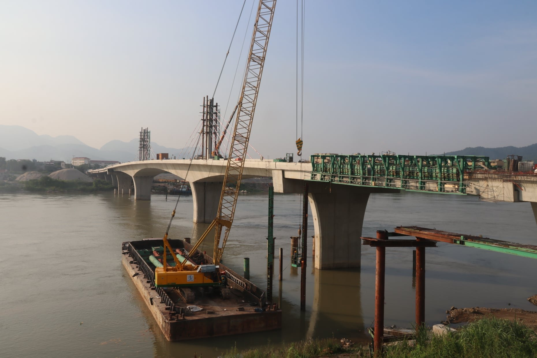 Hòa Bình: Dự án cầu 600 tỷ 2 nối 2 bờ sông Đà sắp về đích, dự kiến thông xe đầu tháng 10 - Ảnh 2.