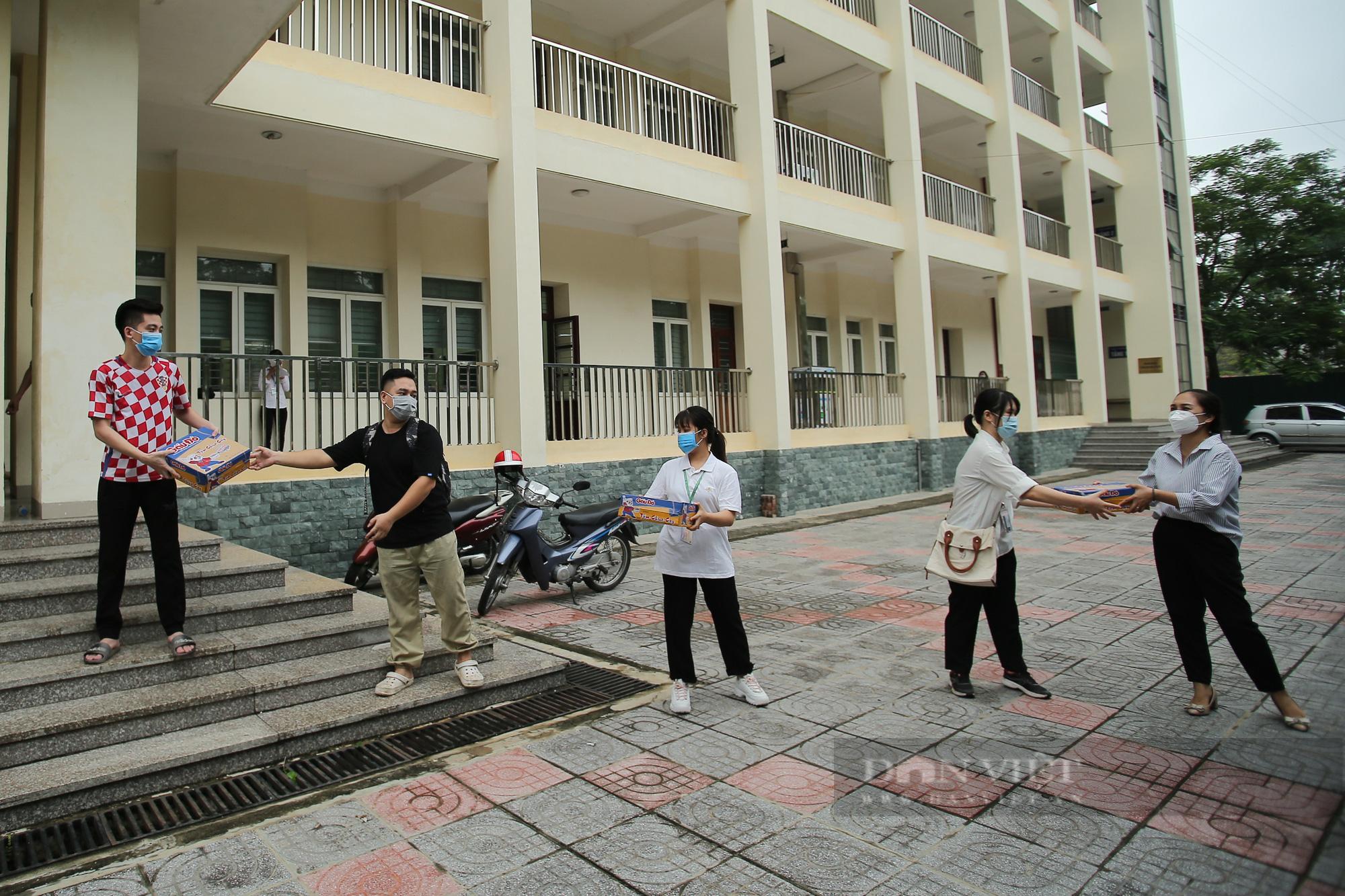 200 suất quà của bạn đọc Báo NTNN/Điện tử Dân Việt được trao đến tay sinh viên Học viện Nông nghiệp Việt Nam - Ảnh 2.