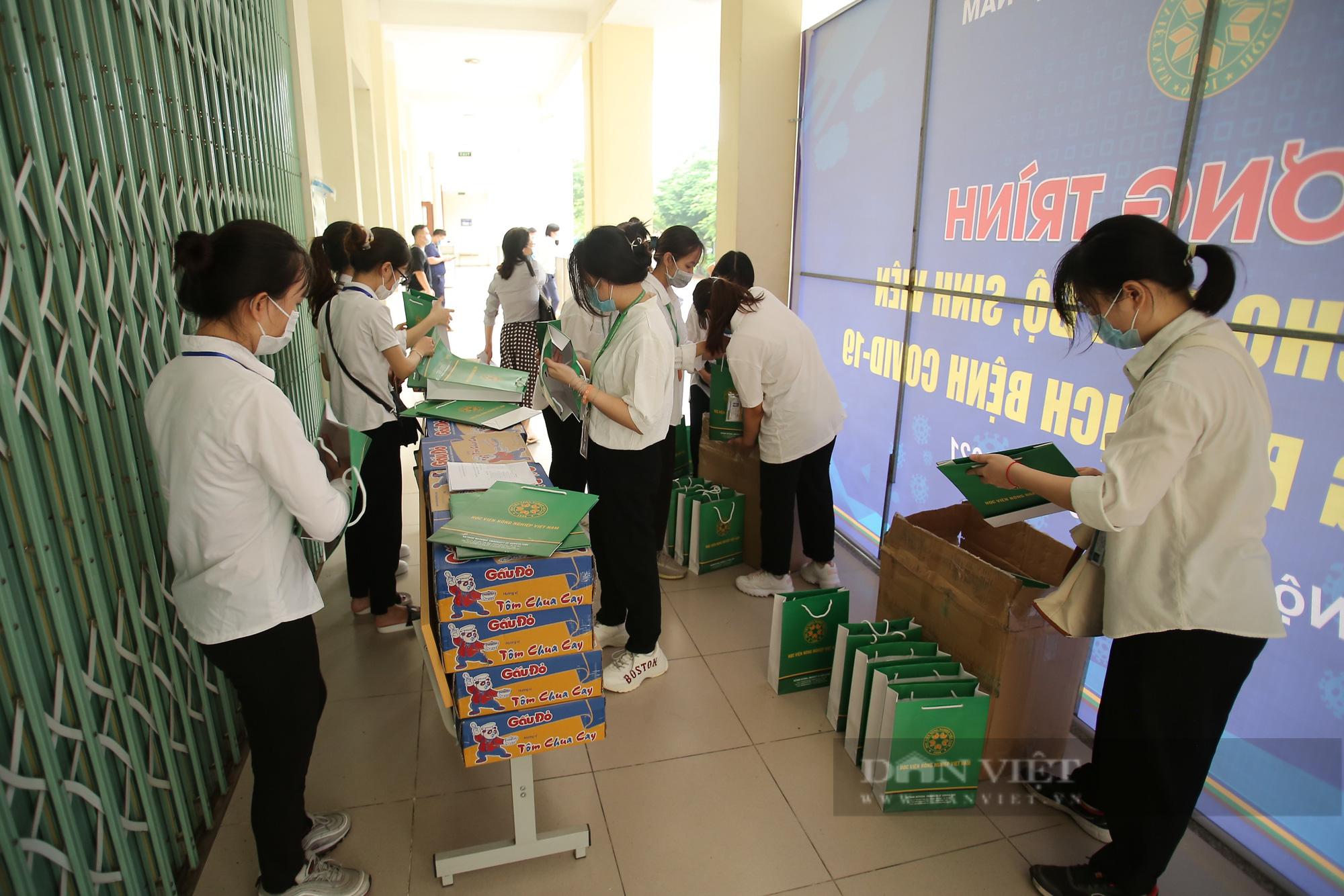 200 suất quà của bạn đọc Báo NTNN/Điện tử Dân Việt được trao đến tay sinh viên Học viện Nông nghiệp Việt Nam - Ảnh 5.
