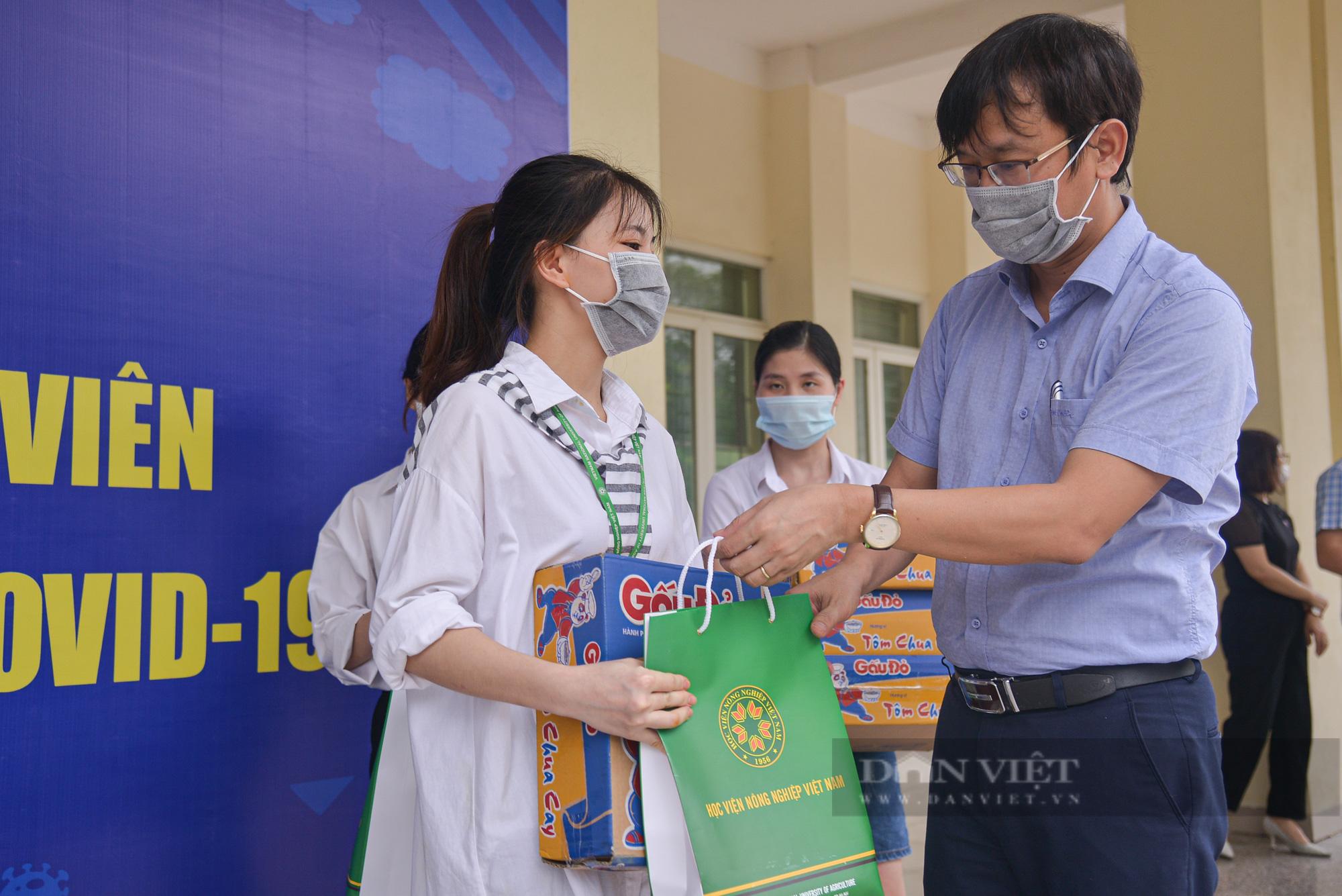 200 suất quà của bạn đọc Báo NTNN/Điện tử Dân Việt được trao đến tay sinh viên Học viện Nông nghiệp Việt Nam - Ảnh 6.