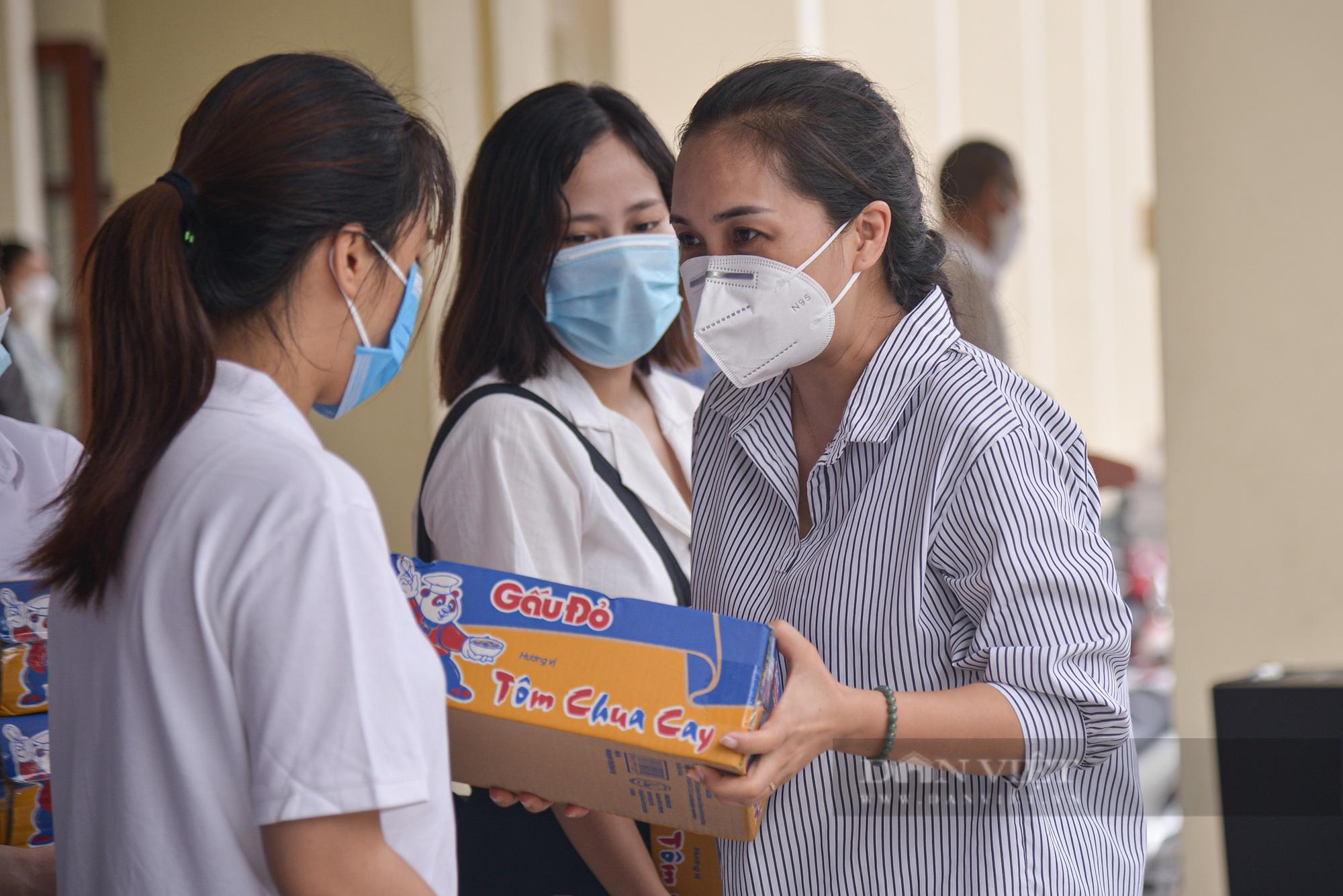 200 suất quà của bạn đọc Báo NTNN/Điện tử Dân Việt được trao đến tay sinh viên Học viện Nông nghiệp Việt Nam - Ảnh 8.