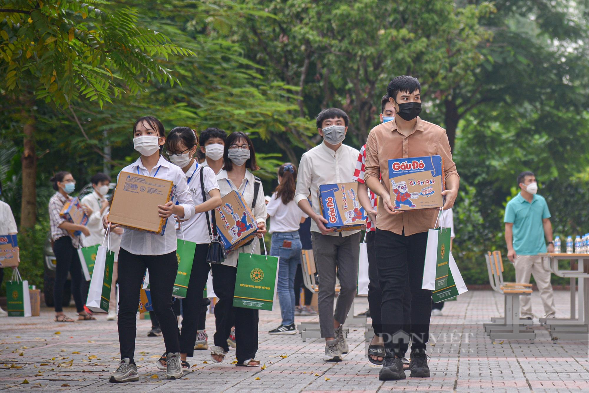 200 suất quà của bạn đọc Báo NTNN/Điện tử Dân Việt được trao đến tay sinh viên Học viện Nông nghiệp Việt Nam - Ảnh 9.