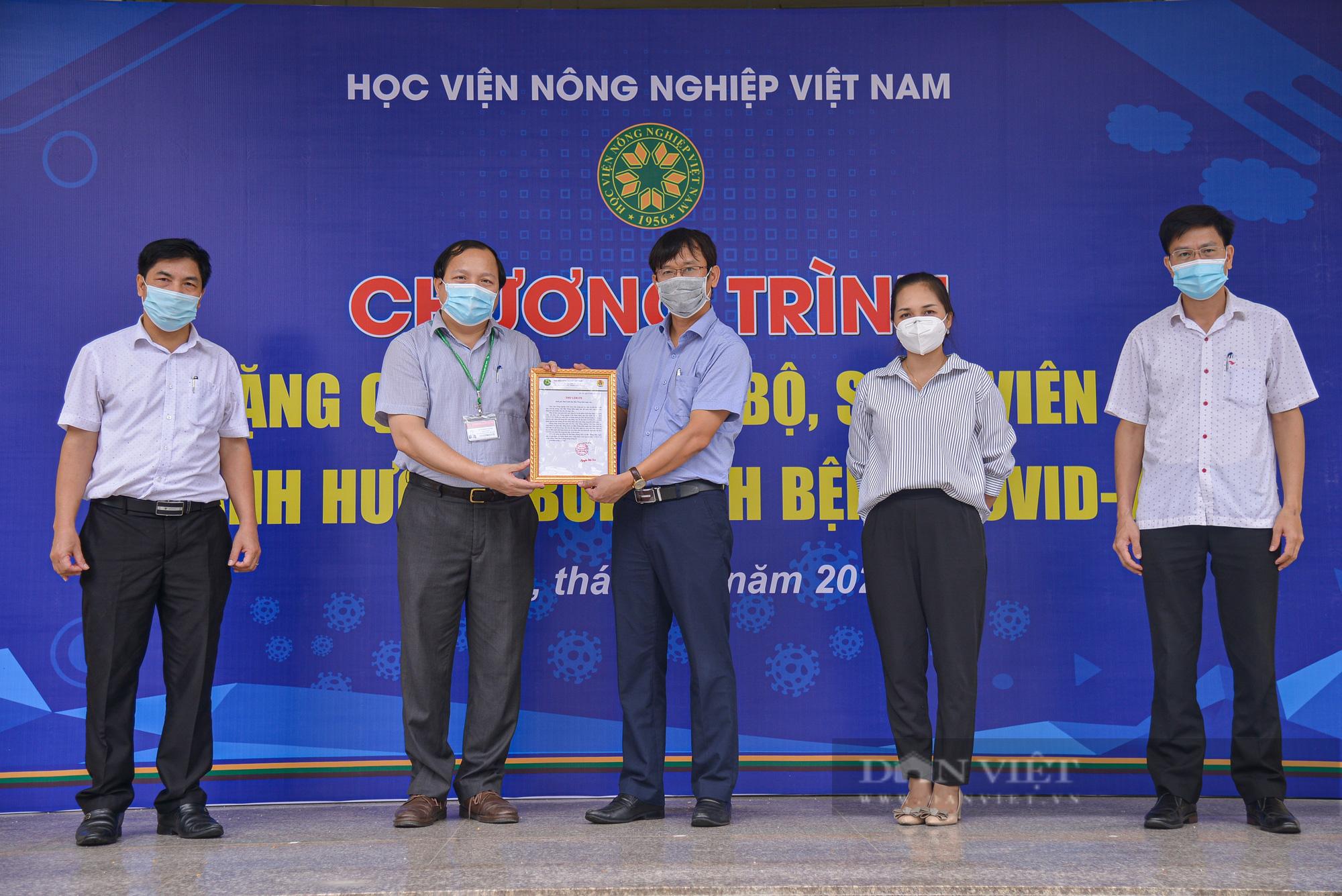 200 suất quà của bạn đọc Báo NTNN/Điện tử Dân Việt được trao đến tay sinh viên Học viện Nông nghiệp Việt Nam - Ảnh 11.