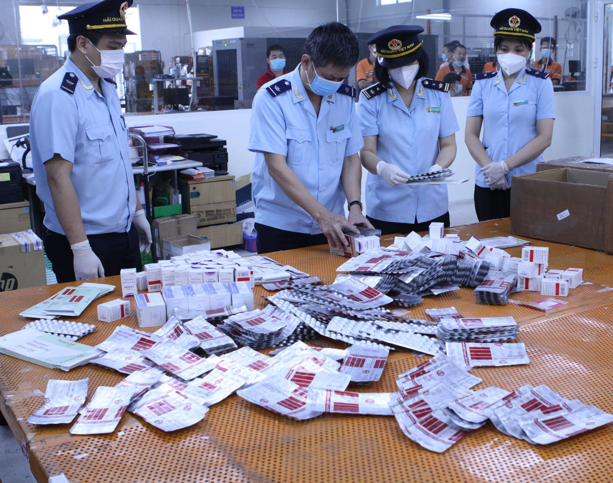 Nóng: Bắt giữ hơn 60.000 viên thuốc điều trị Covid-19 nhập từ Ấn Độ về sân bay Nội Bài - Ảnh 1.