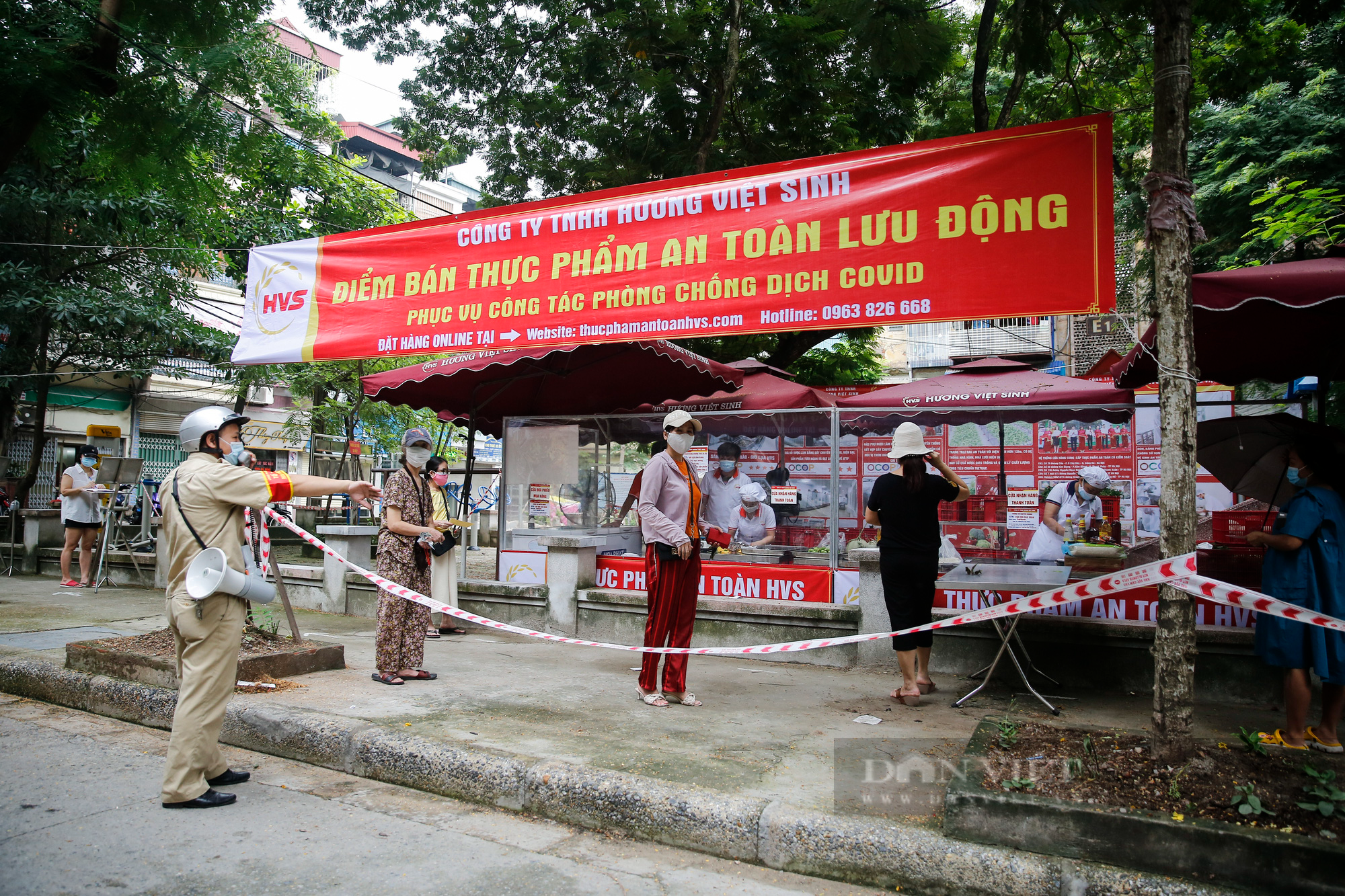 """Người Hà Nội đi chợ theo kiểu """"menu"""" nhà hàng tại 2 ổ dịch vừa được dỡ bỏ cách ly - Ảnh 1."""