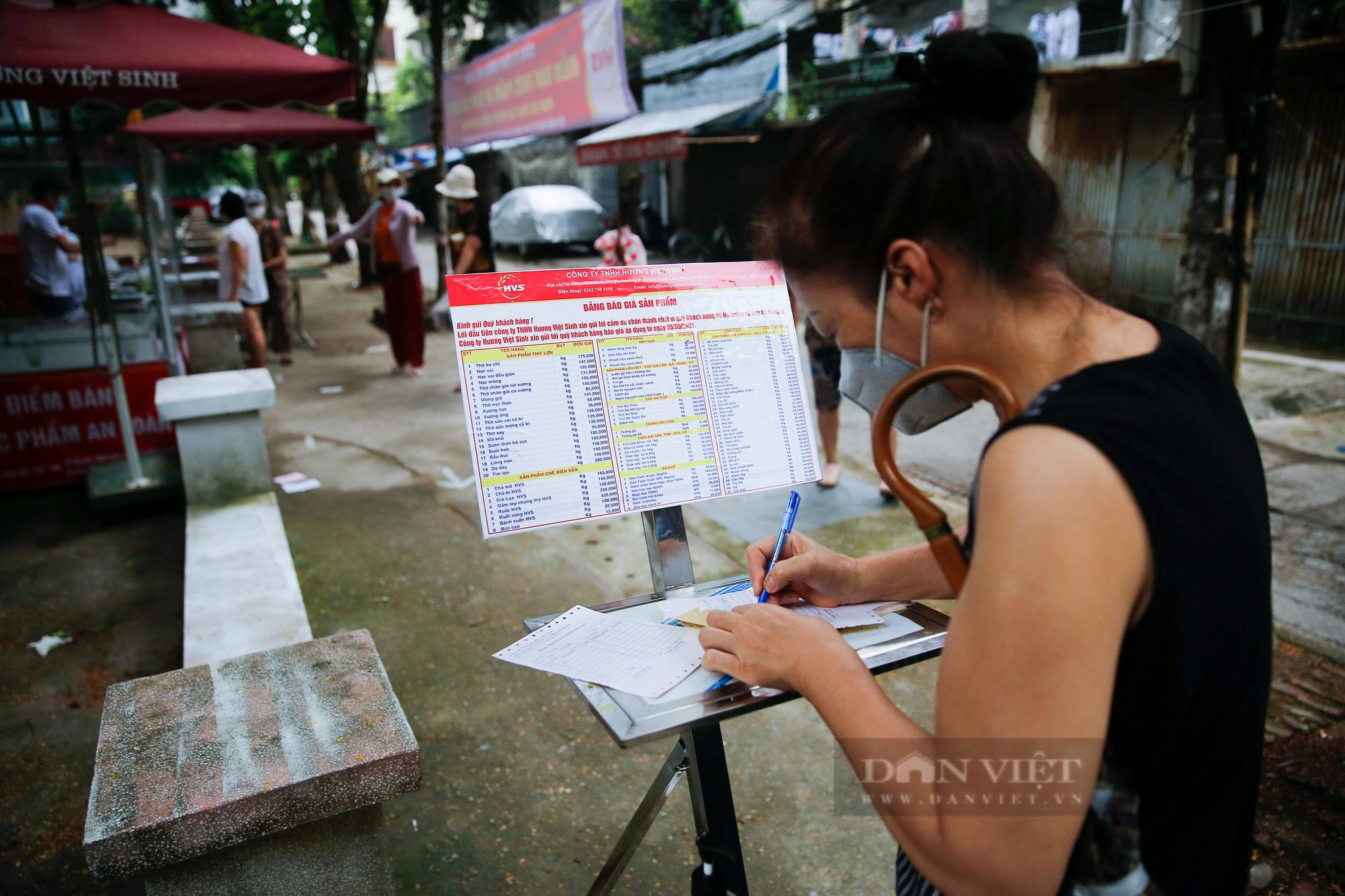 """Người Hà Nội đi chợ theo kiểu """"menu"""" nhà hàng tại 2 ổ dịch vừa được dỡ bỏ cách ly - Ảnh 2."""