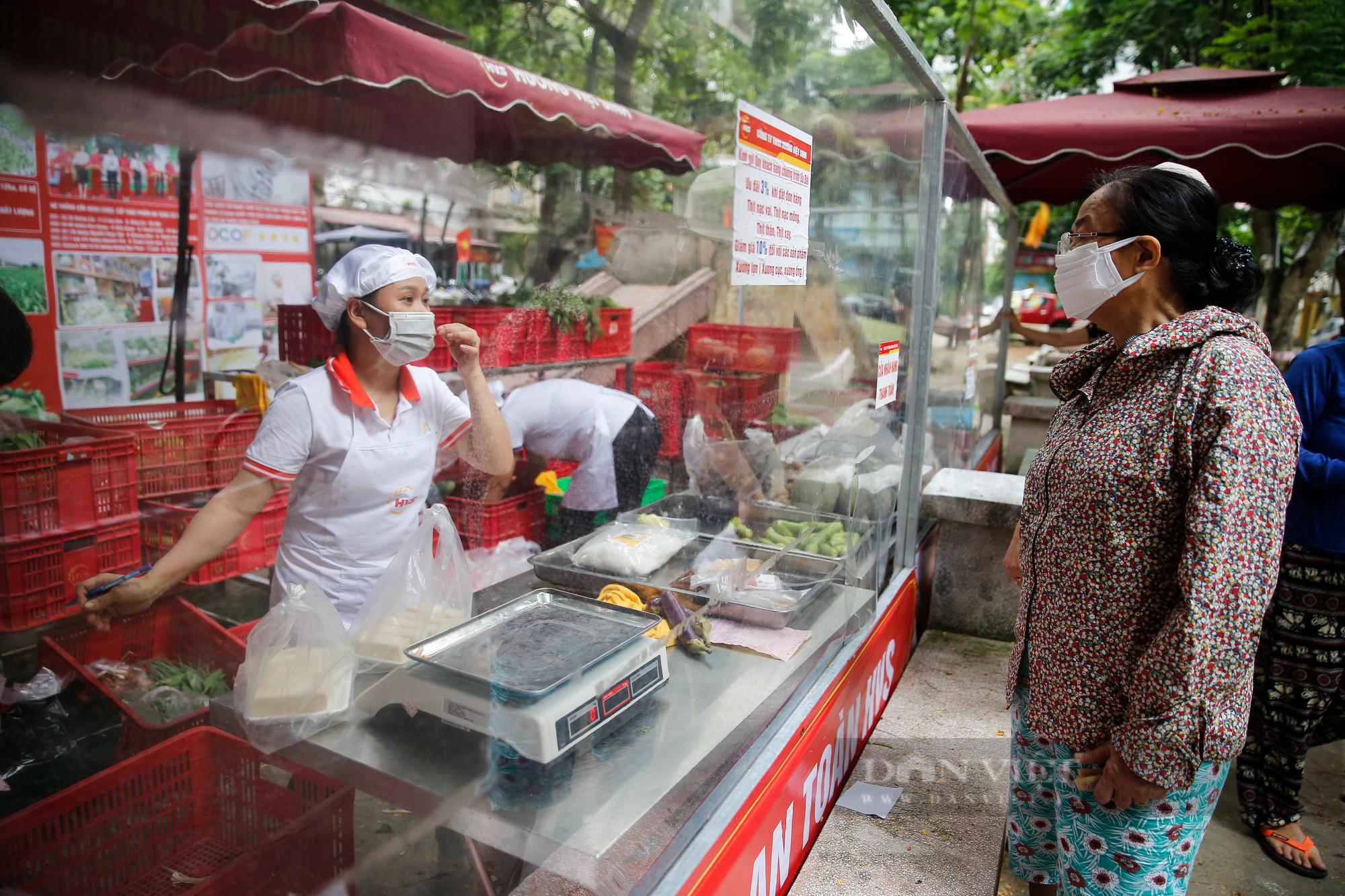 """Người Hà Nội đi chợ theo kiểu """"menu"""" nhà hàng tại 2 ổ dịch vừa được dỡ bỏ cách ly - Ảnh 3."""