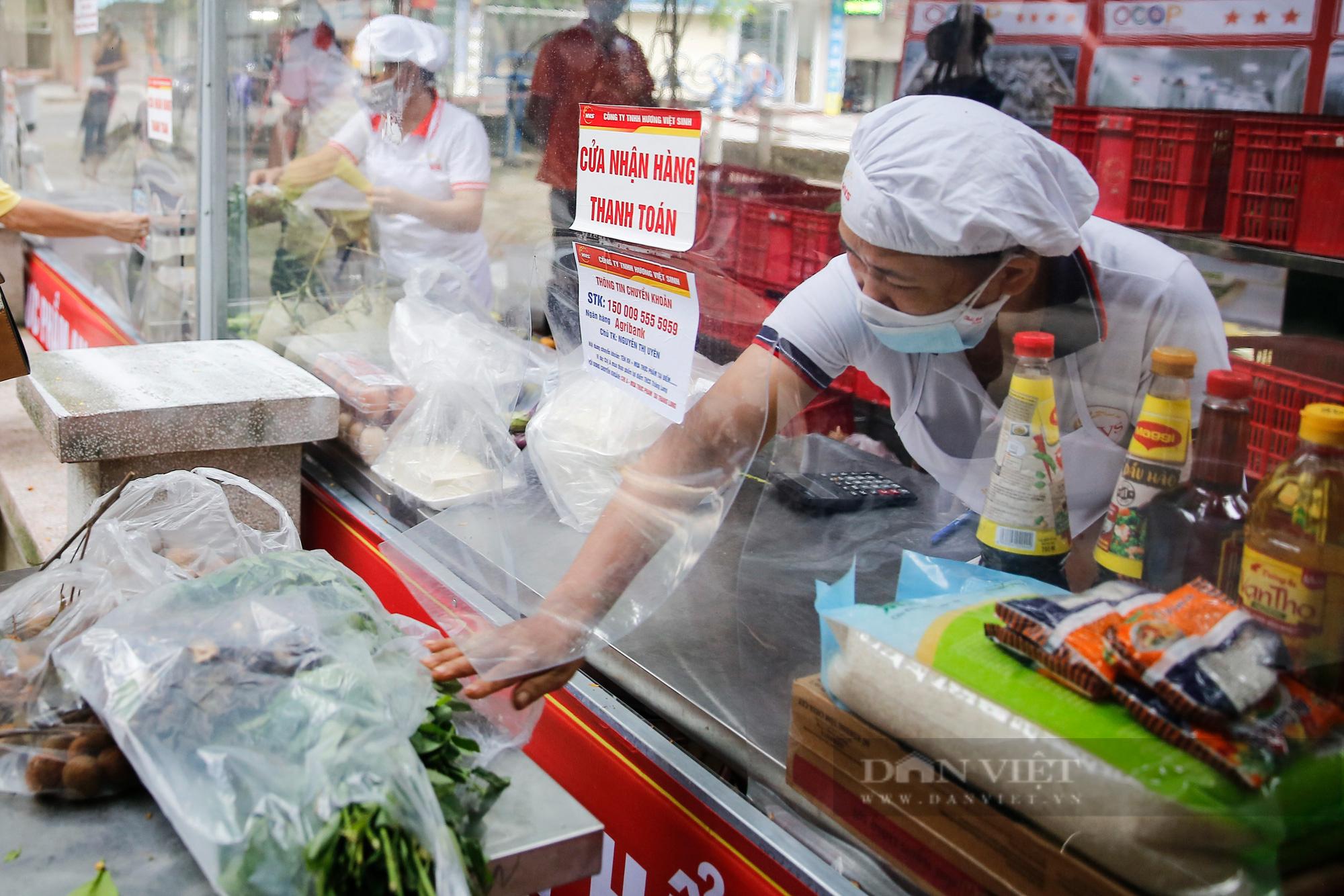 """Người Hà Nội đi chợ theo kiểu """"menu"""" nhà hàng tại 2 ổ dịch vừa được dỡ bỏ cách ly - Ảnh 4."""