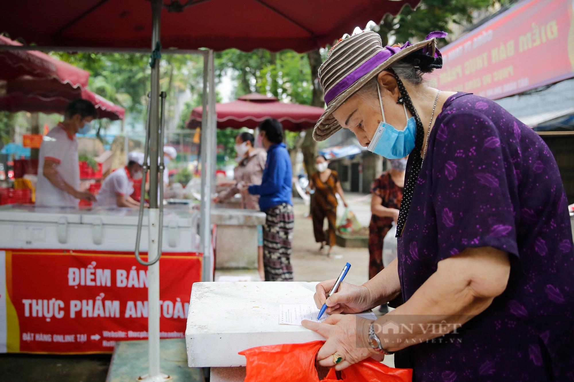 """Người Hà Nội đi chợ theo kiểu """"menu"""" nhà hàng tại 2 ổ dịch vừa được dỡ bỏ cách ly - Ảnh 5."""