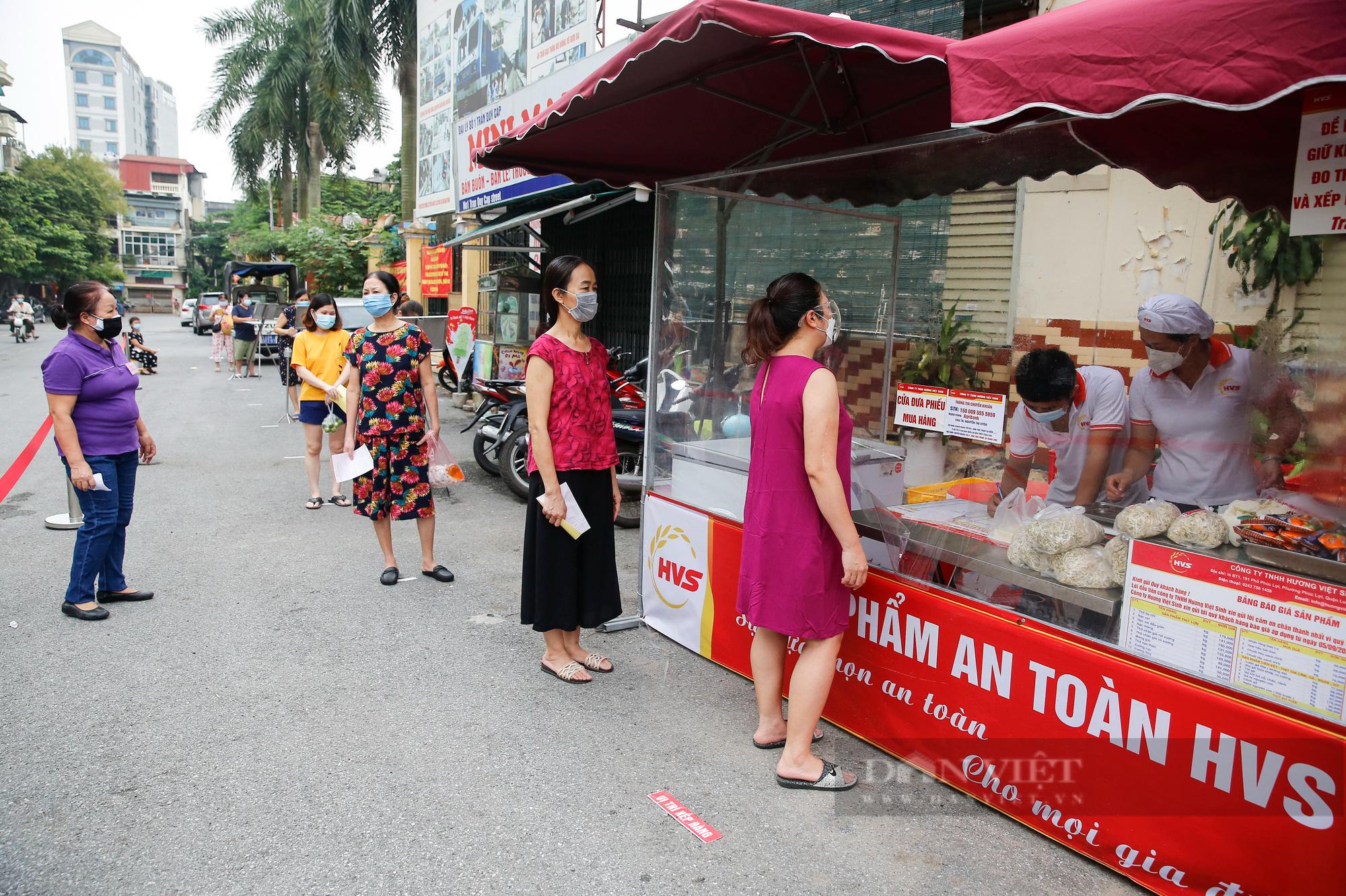 """Người Hà Nội đi chợ theo kiểu """"menu"""" nhà hàng tại 2 ổ dịch vừa được dỡ bỏ cách ly - Ảnh 6."""