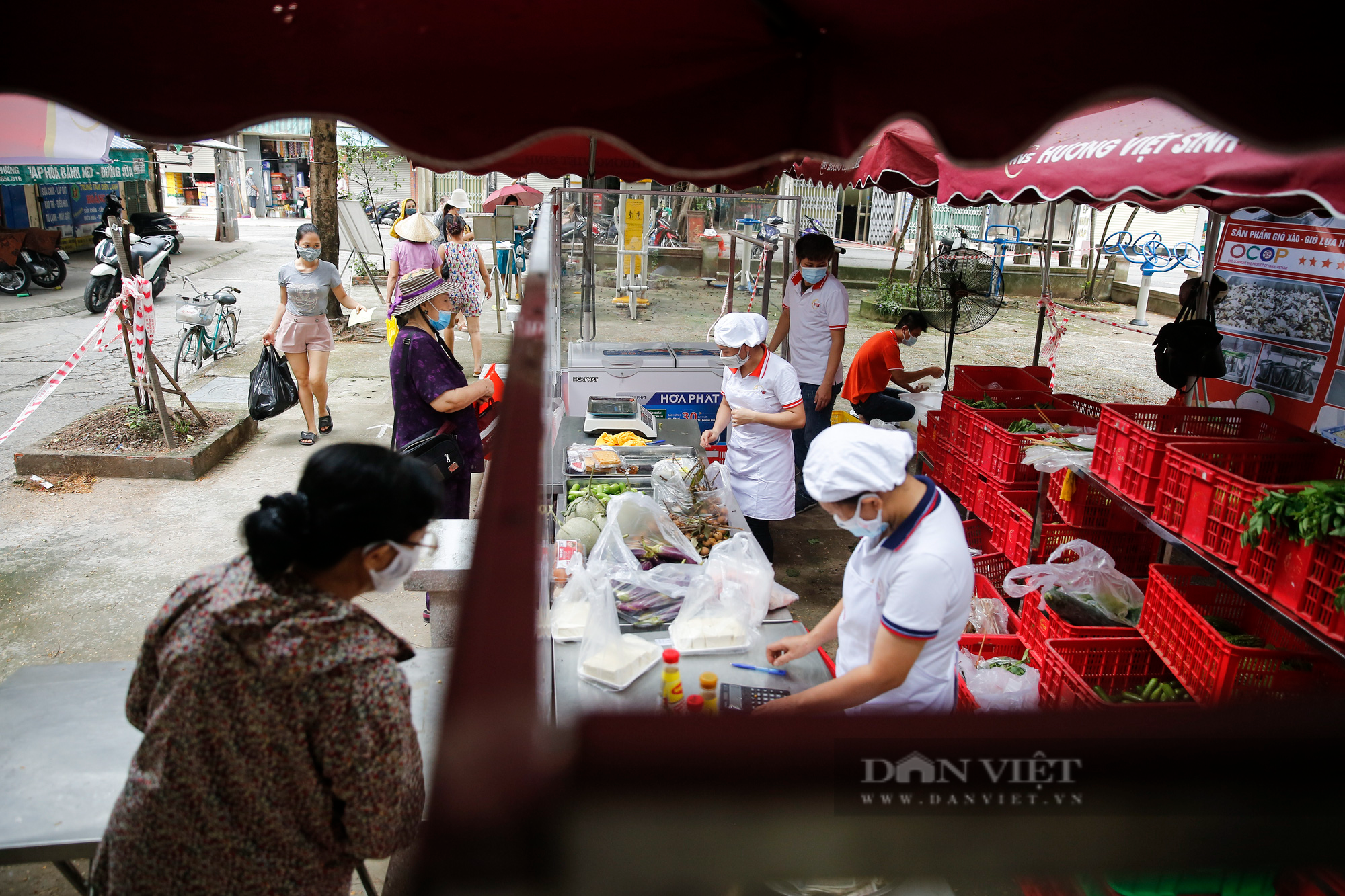 """Người Hà Nội đi chợ theo kiểu """"menu"""" nhà hàng tại 2 ổ dịch vừa được dỡ bỏ cách ly - Ảnh 9."""
