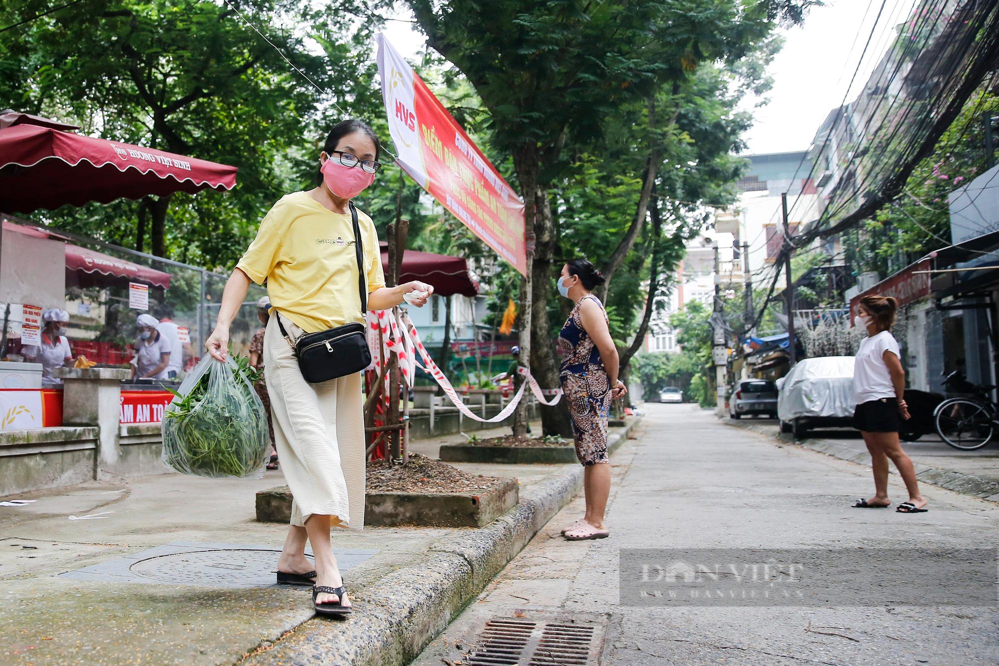 """Người Hà Nội đi chợ theo kiểu """"menu"""" nhà hàng tại 2 ổ dịch vừa được dỡ bỏ cách ly - Ảnh 10."""