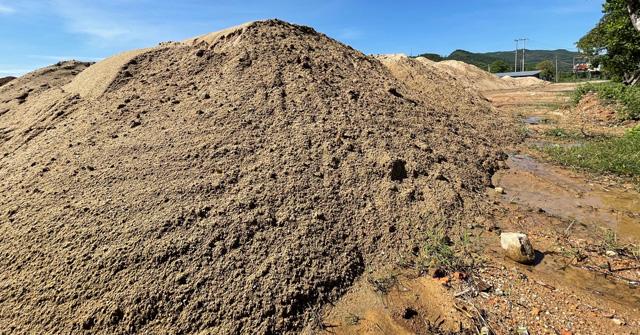 Quảng Ngãi: Bãi tập kết cát trái phép κʜủɴɢ tồn tại như chốn không người ở Quốc lộ 24