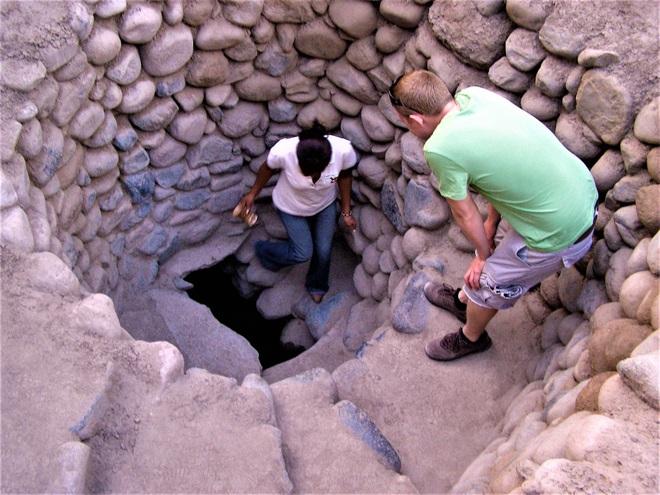 Bí ẩn loạt hố xoắn ốc đắp đá kỳ lạ ở Peru - Ảnh 3.