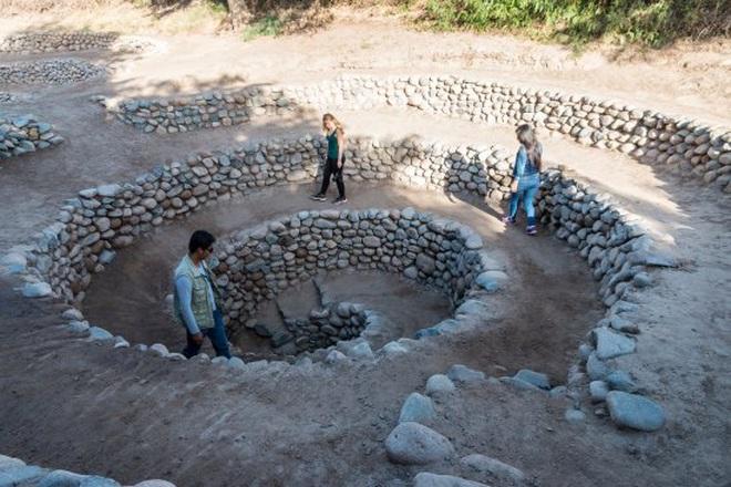Bí ẩn loạt hố xoắn ốc đắp đá kỳ lạ ở Peru - Ảnh 7.