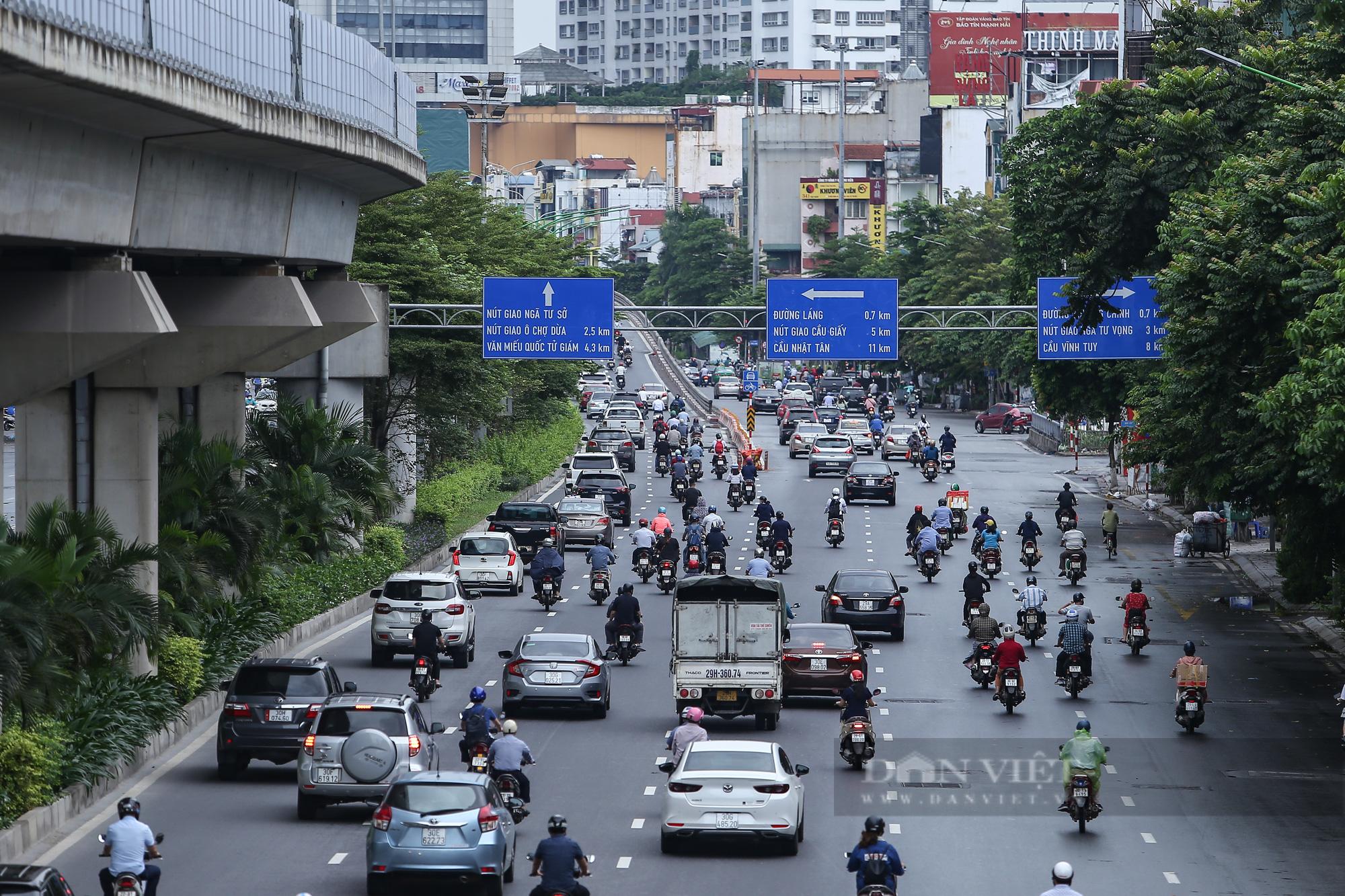 Ảnh: Đường phố Hà Nội đông nghịt xe cộ sau khi có quyết định nới lỏng giãn cách - Ảnh 2.