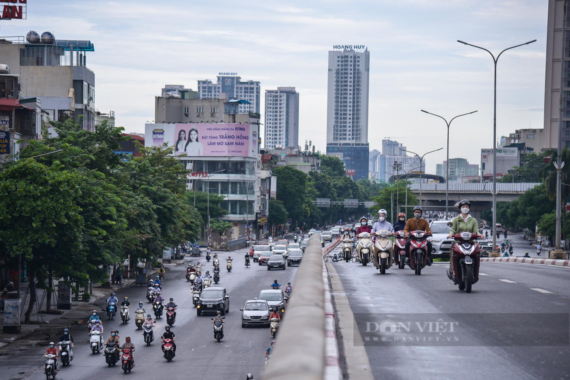 Ảnh: Đường phố Hà Nội đông nghịt xe cộ sau khi có quyết định nới lỏng giãn cách - Ảnh 5.