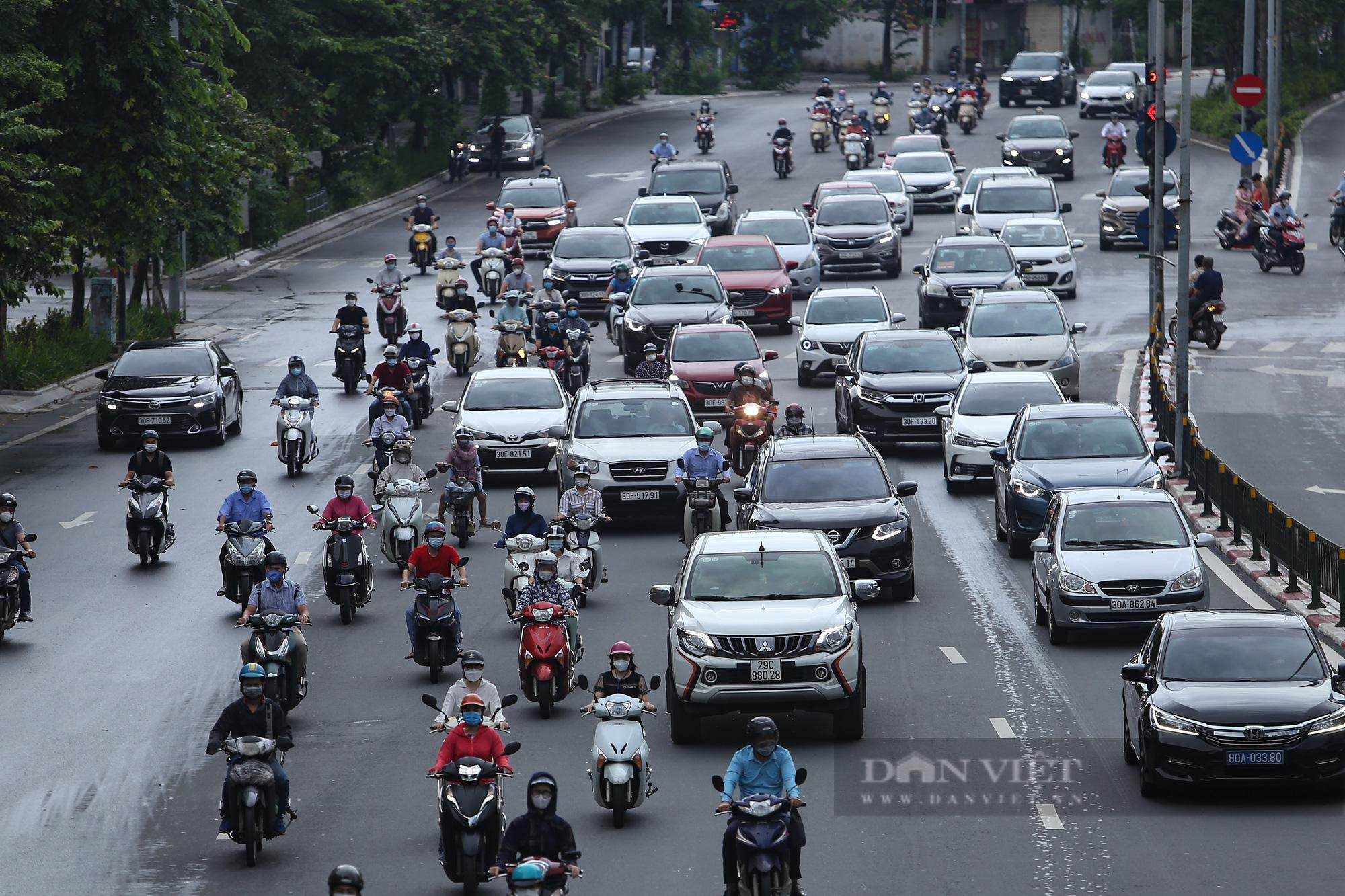 Ảnh: Đường phố Hà Nội đông nghịt xe cộ sau khi có quyết định nới lỏng giãn cách - Ảnh 7.