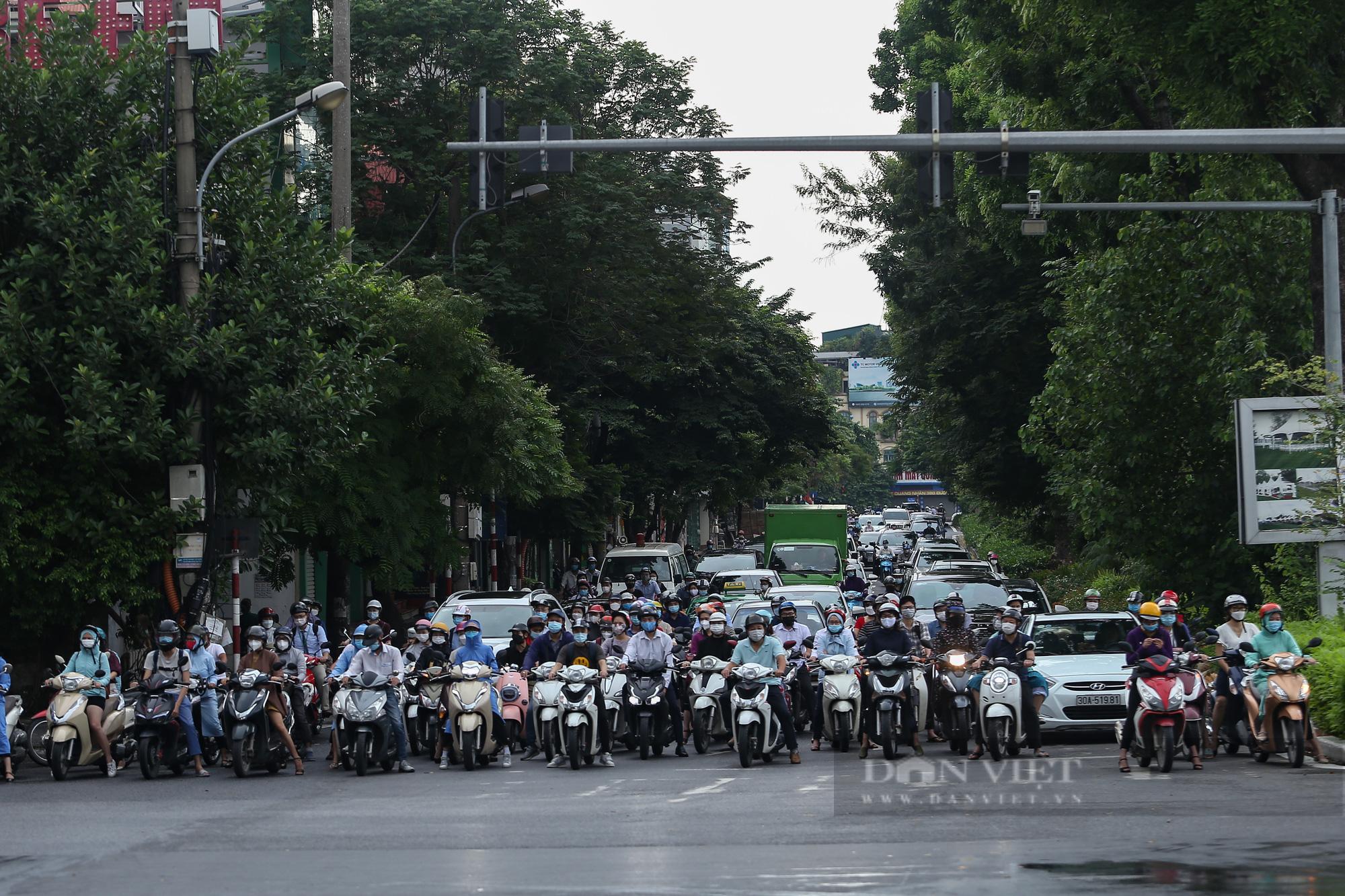 Ảnh: Đường phố Hà Nội đông nghịt xe cộ sau khi có quyết định nới lỏng giãn cách - Ảnh 9.