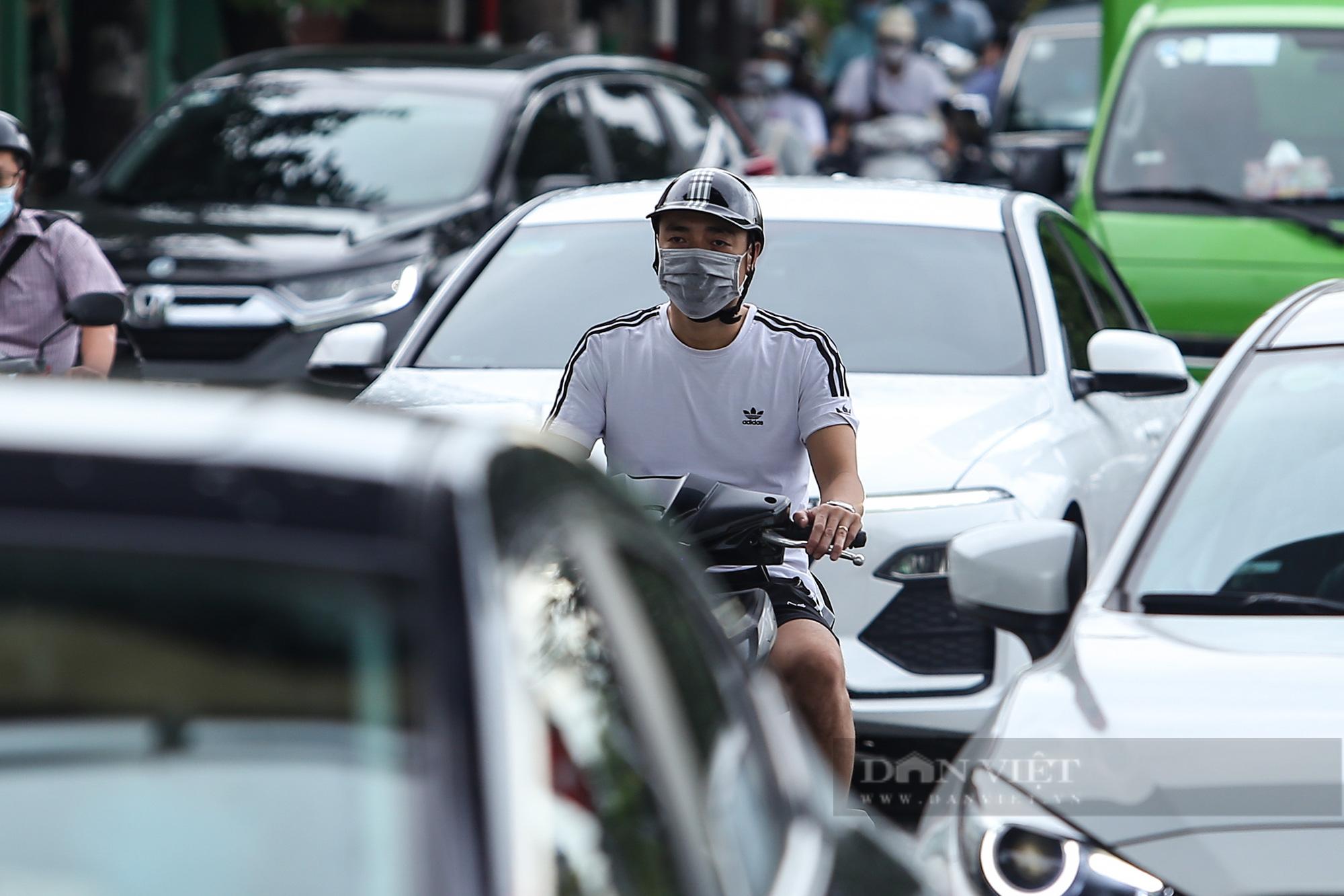 Ảnh: Đường phố Hà Nội đông nghịt xe cộ sau khi có quyết định nới lỏng giãn cách - Ảnh 10.