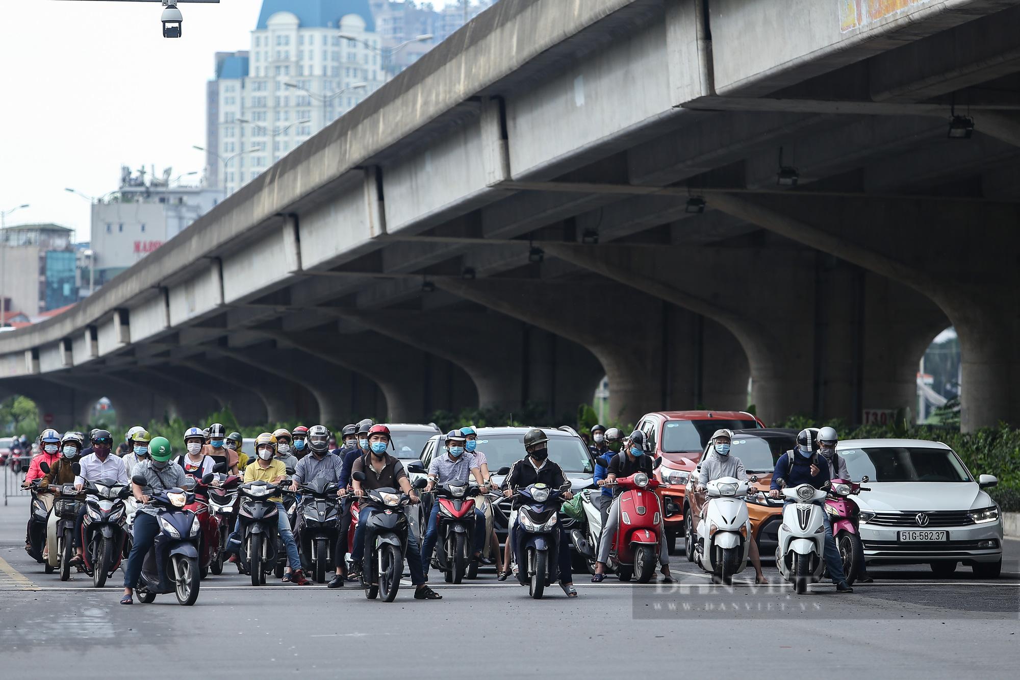 Ảnh: Đường phố Hà Nội đông nghịt xe cộ sau khi có quyết định nới lỏng giãn cách - Ảnh 11.