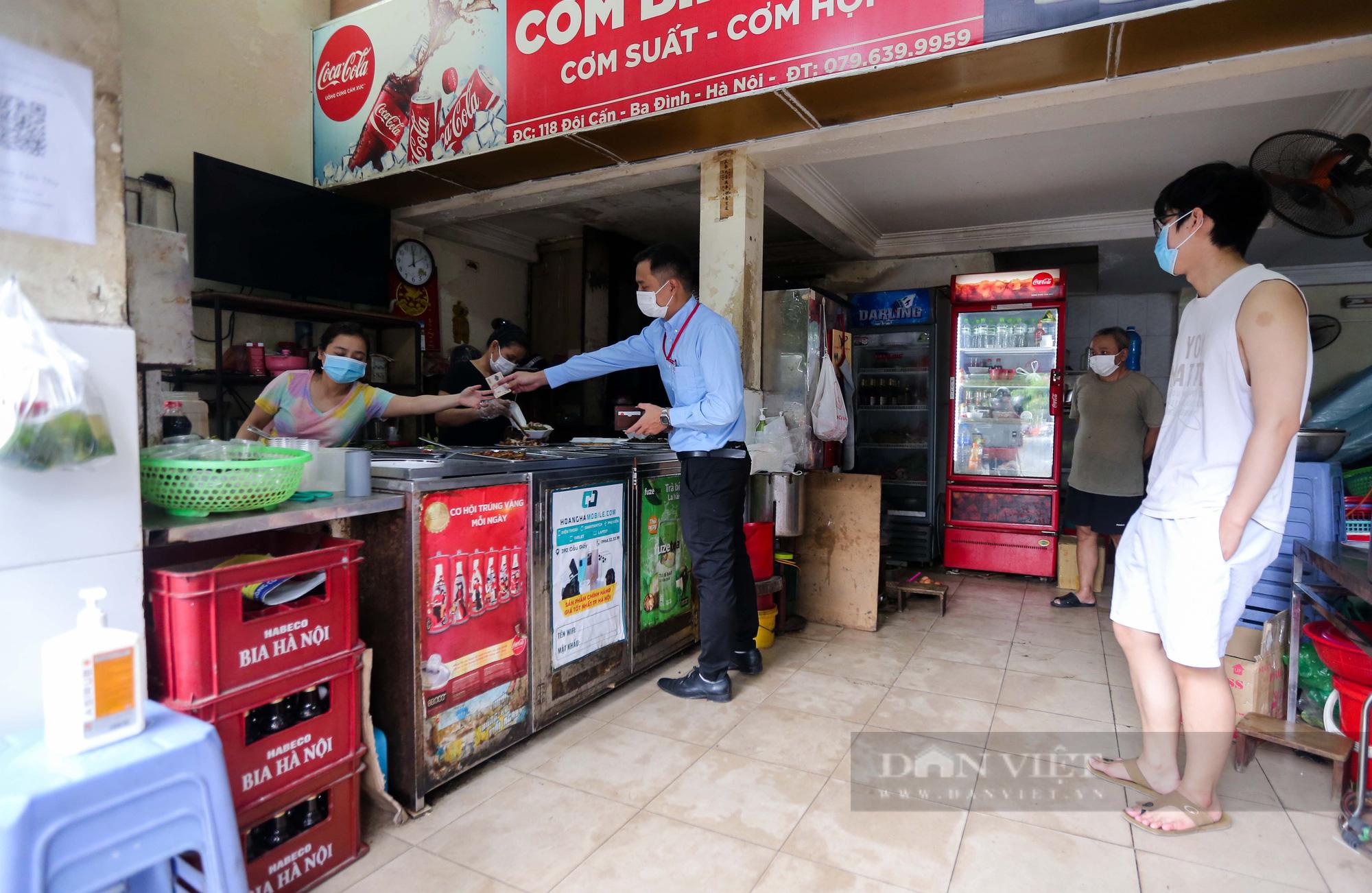 Lượng khách ít ỏi tại các cửa hàng trong ngày đầu bán hàng mang về  - Ảnh 4.