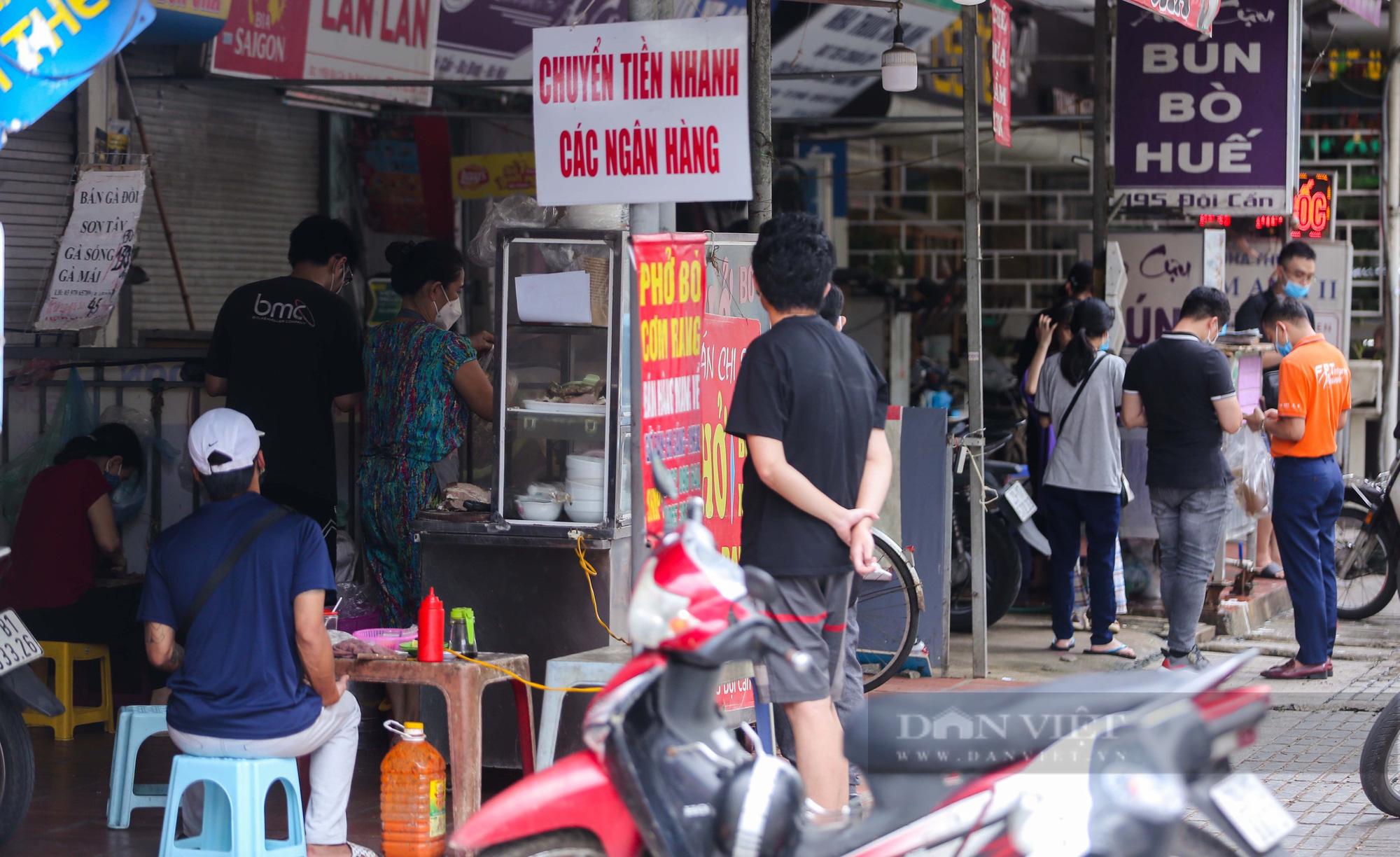 Lượng khách ít ỏi tại các cửa hàng trong ngày đầu bán hàng mang về  - Ảnh 5.