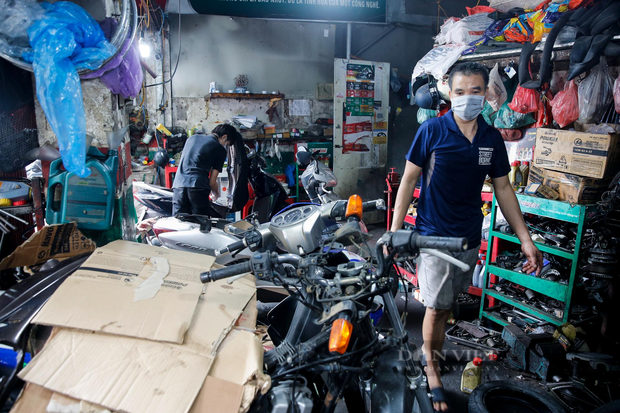 Hà Nội: Mang xe máy đi sửa, khách hàng phải chờ từ sáng đến chiều tối mới có thể nhận được xe - Ảnh 2.