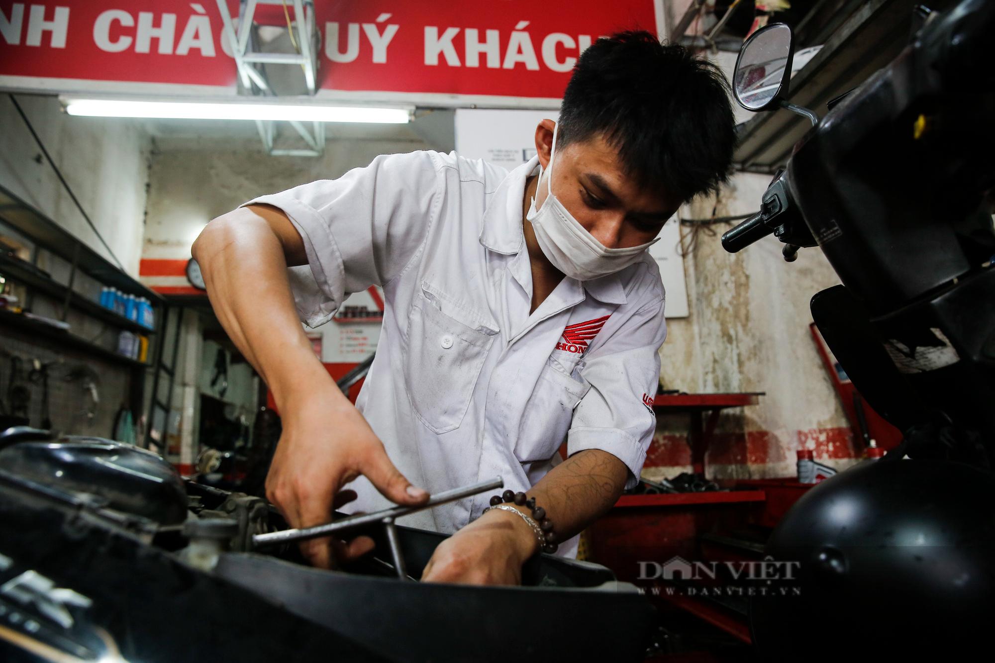 Hà Nội: Mang xe máy đi sửa, khách hàng phải chờ từ sáng đến chiều tối mới có thể nhận được xe - Ảnh 12.