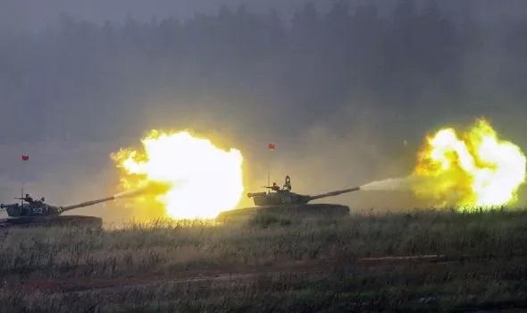 """Nga khoe uy lực kinh hoàng của xe tăng """"kẻ hủy diệt"""", """"rồng lửa"""" S-500 Prometheus khiến NATO lo nơm nớp - Ảnh 1."""