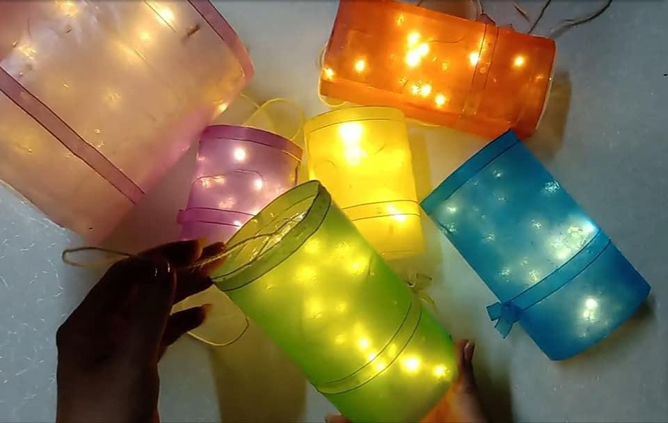 Mùa dịch ở nhà, bố mẹ học cách làm đèn Trung thu bằng chai nhựa và túi nylon không tốn kém - Ảnh 15.