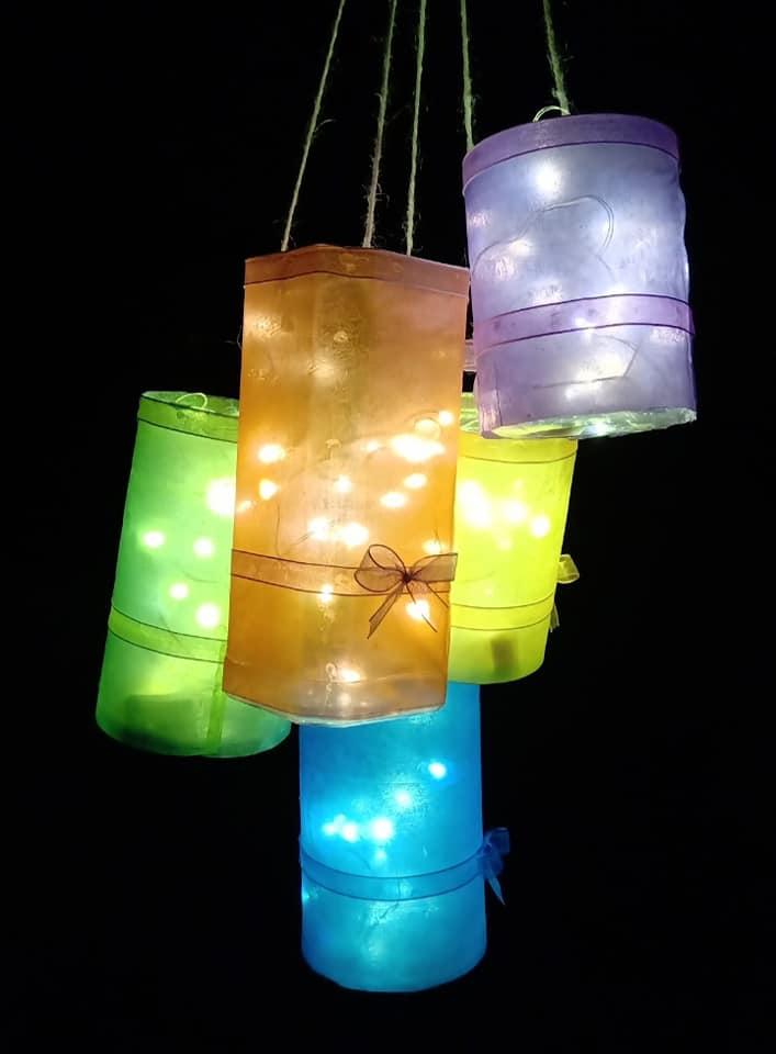 Mùa dịch ở nhà, bố mẹ học cách làm đèn Trung thu bằng chai nhựa và túi nylon không tốn kém - Ảnh 16.