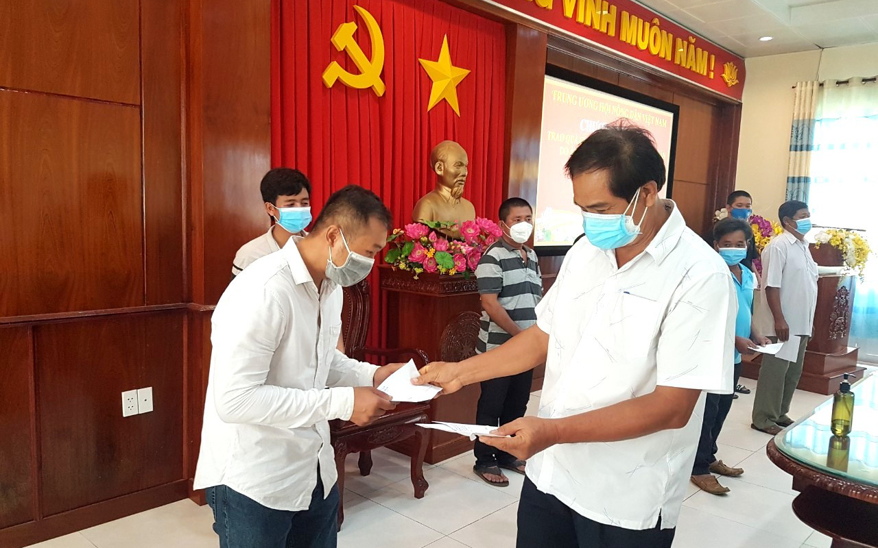 Gần 700 phần quà của Trung ương Hội Nông dân Việt Nam đến tay nông dân khó khăn phía Nam do dịch Covid-19
