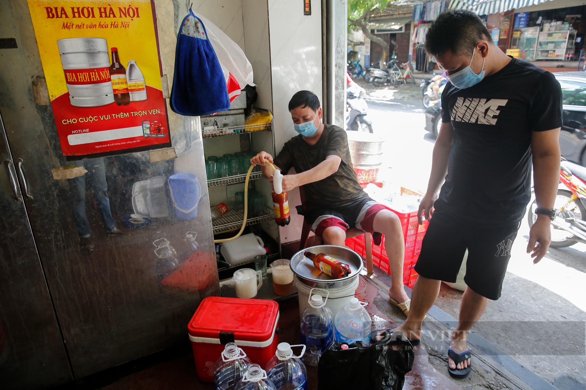 Bia hơi Hà Nội bắt đầu nhộn nhịp người mua mang về  - Ảnh 1.