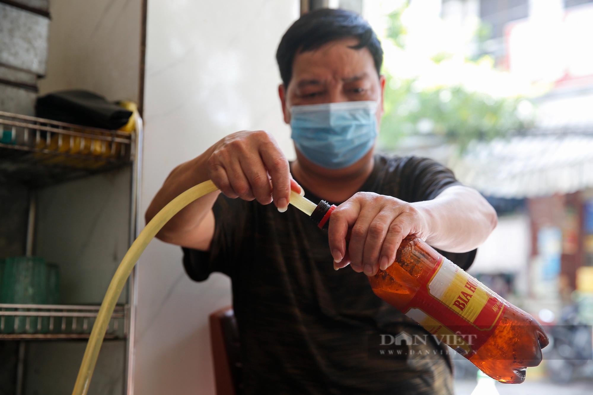 Bia hơi Hà Nội bắt đầu nhộn nhịp người mua mang về  - Ảnh 2.