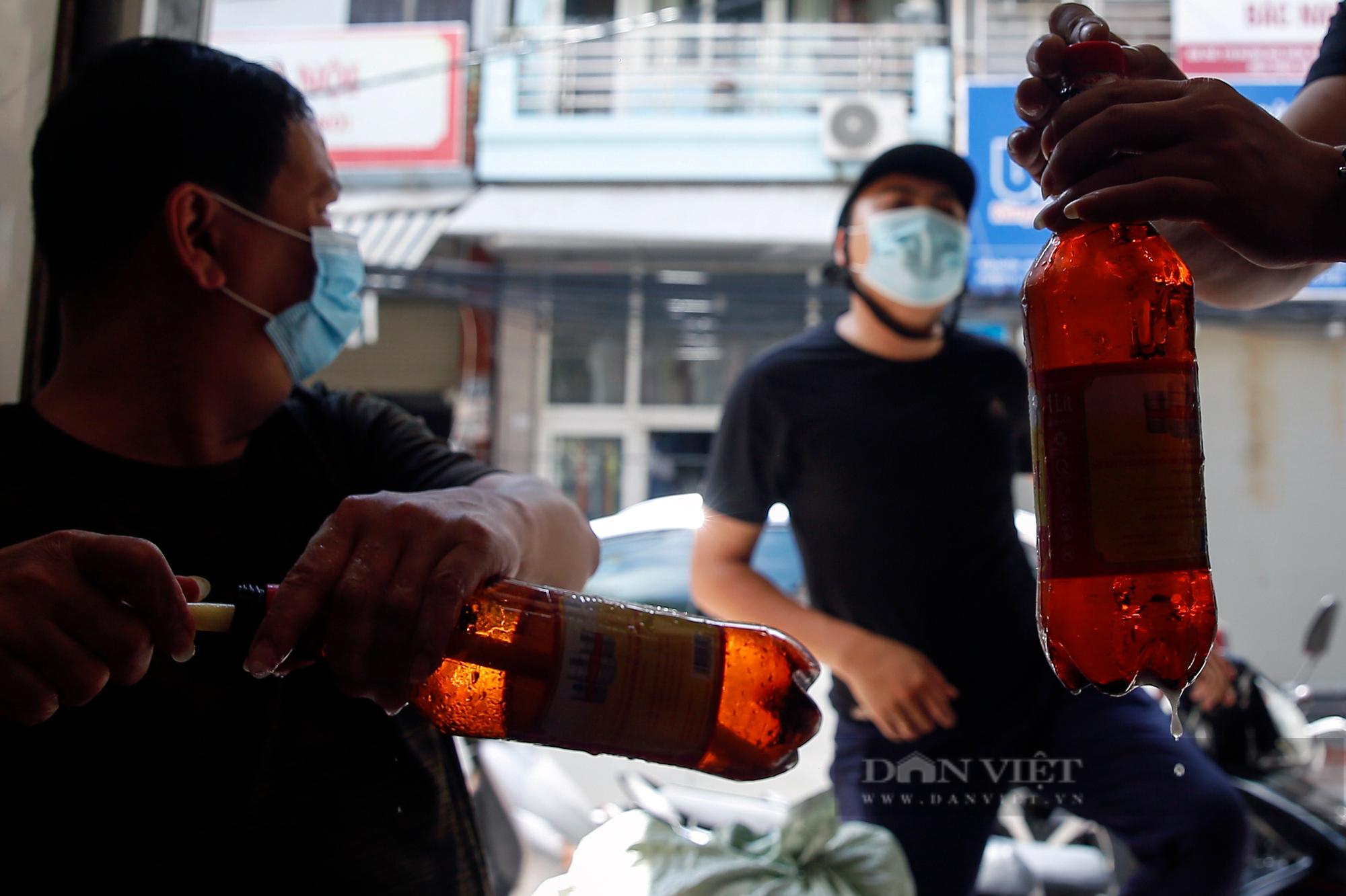 Bia hơi Hà Nội bắt đầu nhộn nhịp người mua mang về  - Ảnh 3.