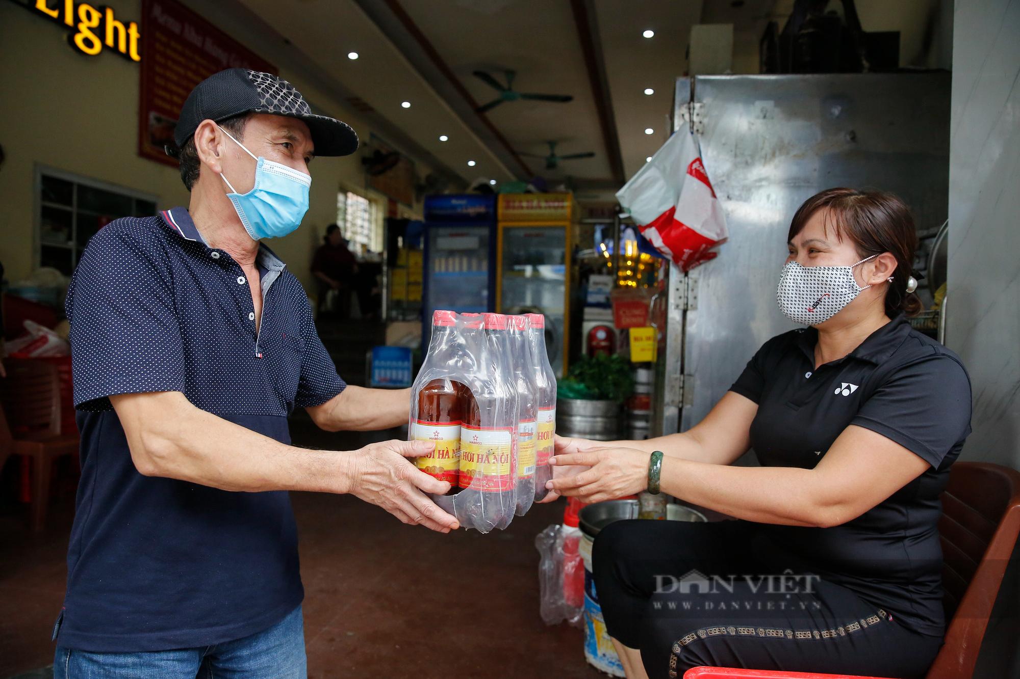 Bia hơi Hà Nội bắt đầu nhộn nhịp người mua mang về  - Ảnh 4.